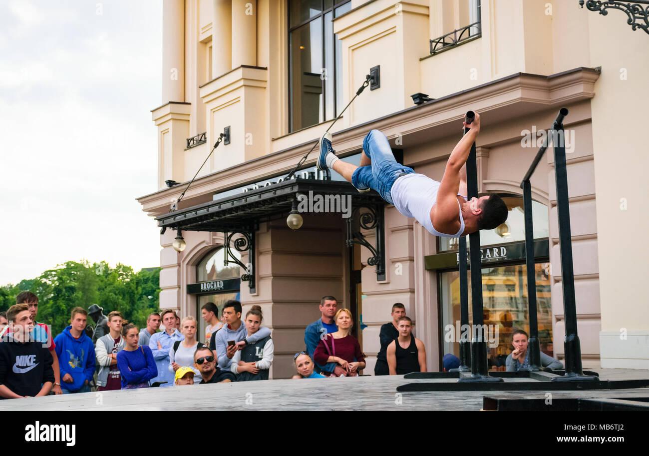 Uzhgorod, Ukraine - Jun 10, 2016: les participants de sports de plein air. la concurrence dans le championnat d'Uzhgorod. Les jeunes hommes montrent leur compétence sur l'aren Photo Stock