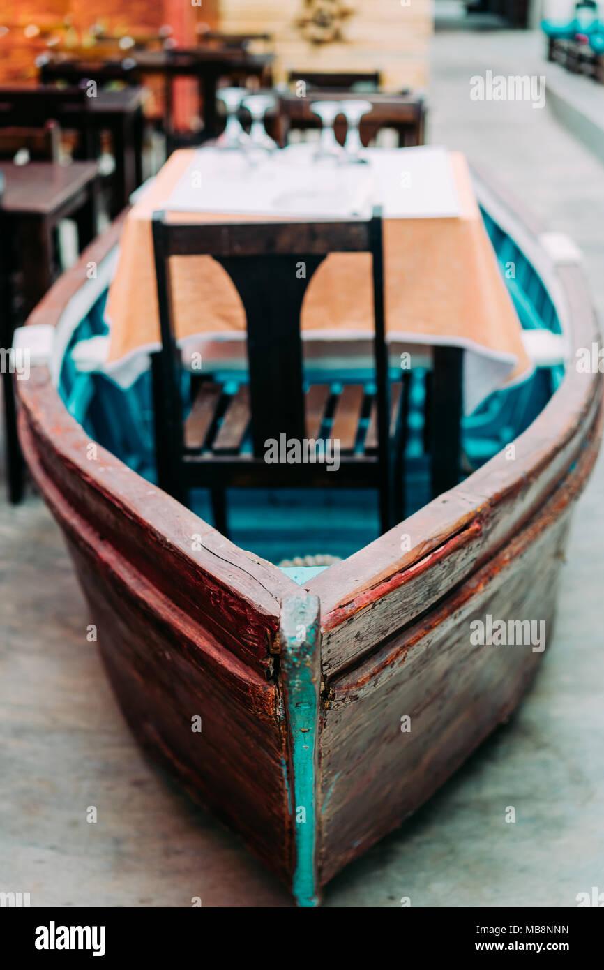Restaurant atypique de l'intérieur: table à manger dans le bateau des poissons colorés. Ambiance Marine Photo Stock
