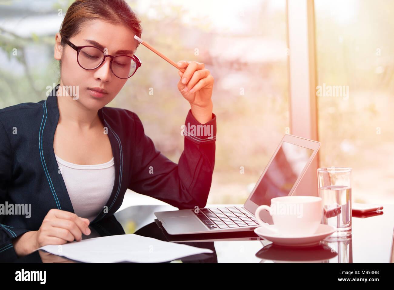 Business woman thinking pour le travail dur femme intelligente ou