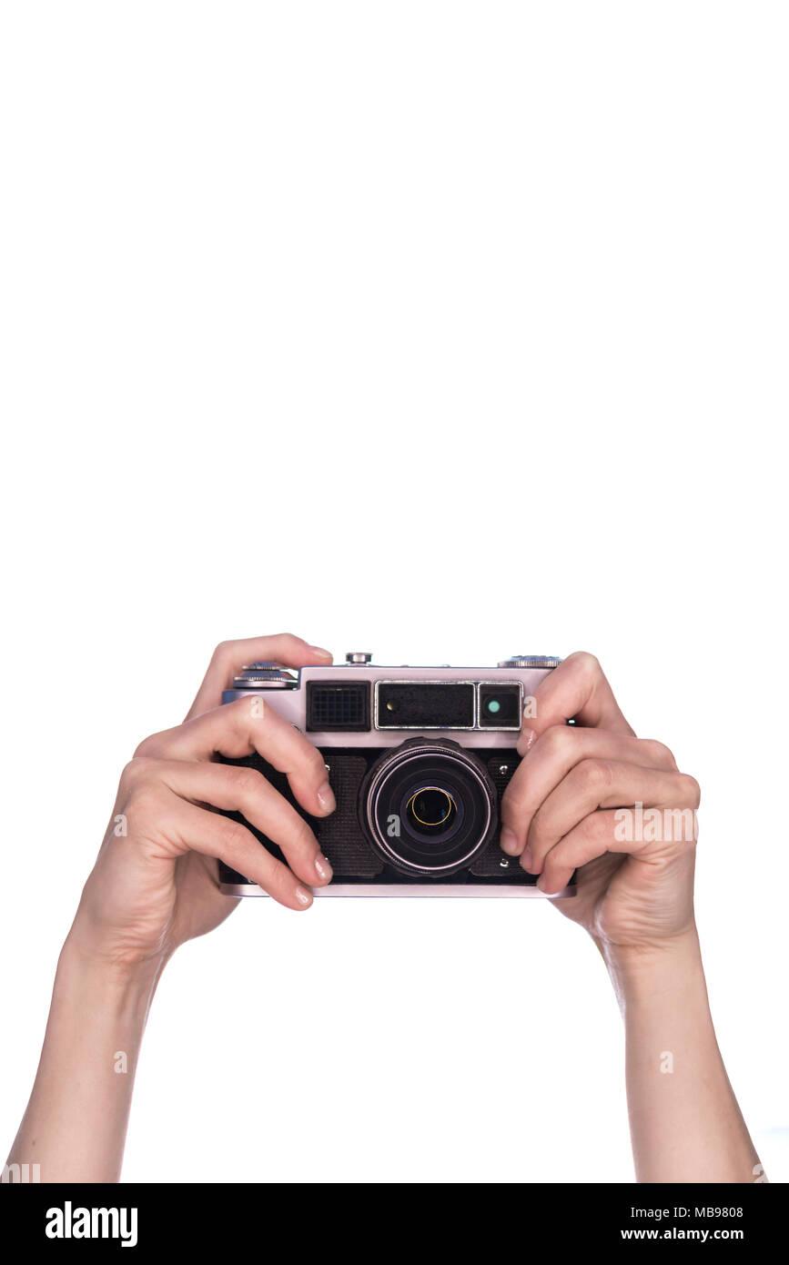 Les mains tiennent vintage camera sur fond blanc Banque D'Images