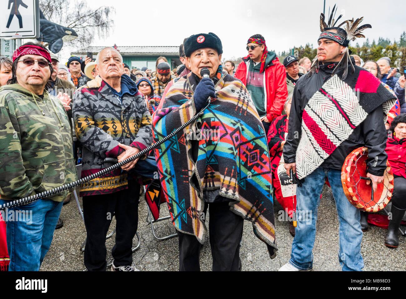 Grand groupe de dirigeants autochtones menée par le Grand Chef Stewart Phillip risquent l'arrestation au blocus de l'entrée du pipeline de Kinder Morgan, Mont Burnaby, Bur Photo Stock