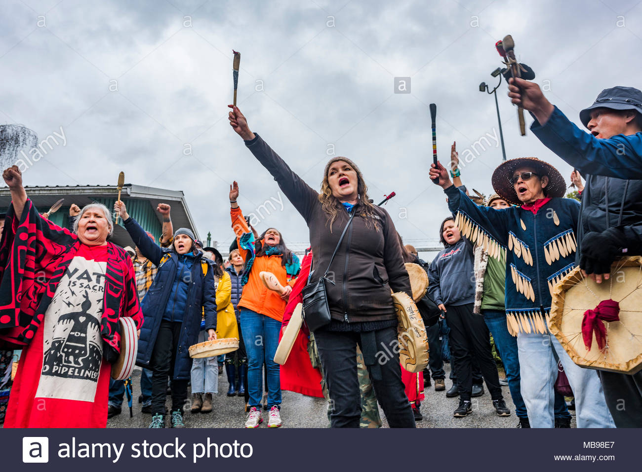 Les tambours au blocage de l'entrée du pipeline de Kinder Morgan, Mont Burnaby, Burnaby, Colombie-Britannique, Canada. Photo Stock