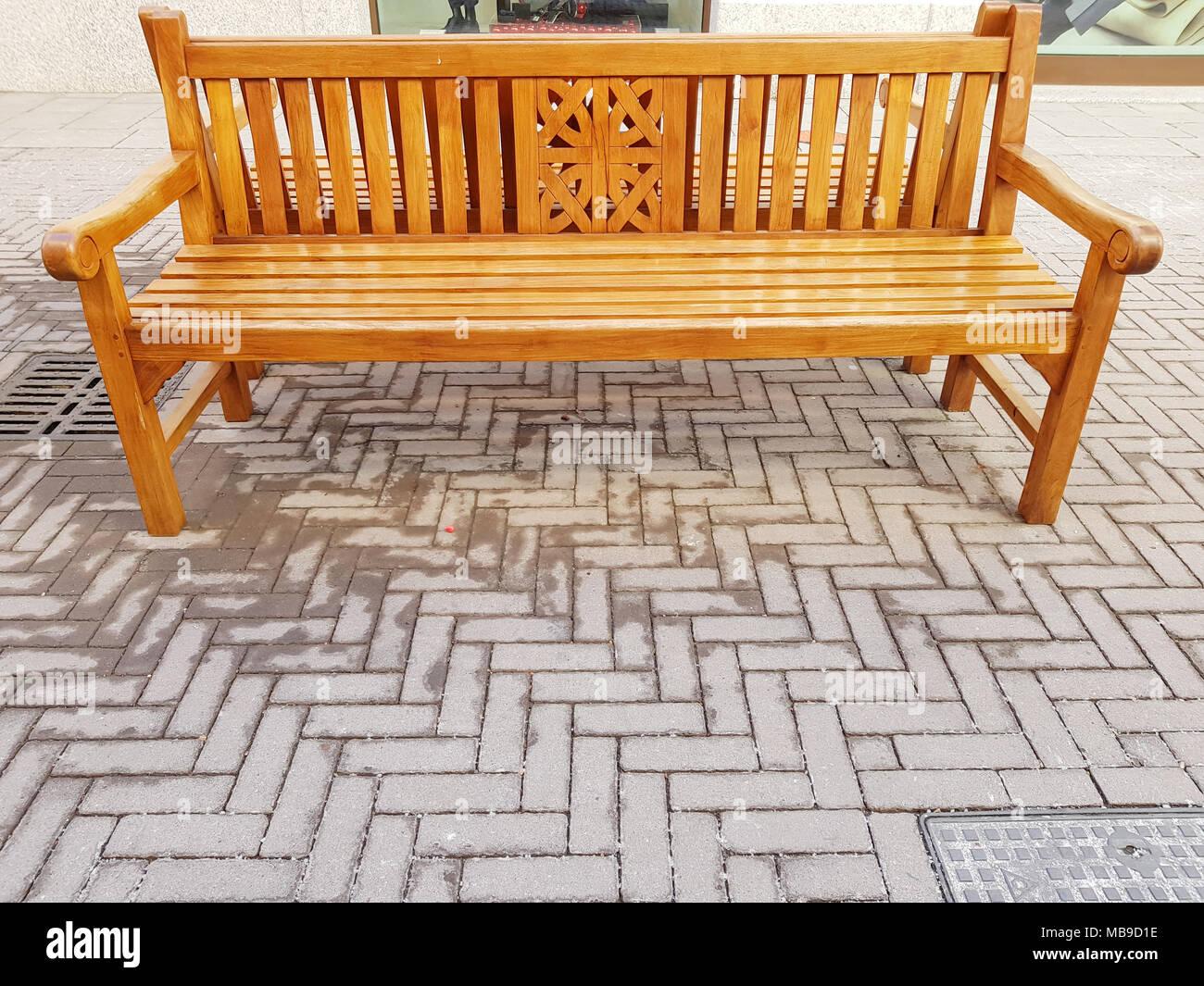 Banc bois extérieur pour s'asseoir sur le sol en ciment, dans centre commercial, banc dans le couloir pour s'asseoir dans la nature. Photo Stock