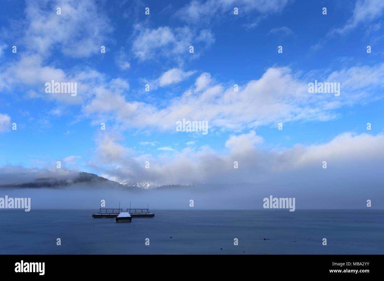 Grainau, Allemagne. 29 janvier, 2016. Les nuages se dissiper avec la surface gelée du lac Eibsee près de Grainau, Allemagne, le 29.01.2016. Credit: Karl-Josef Opim /afp | Le monde d'utilisation/dpa/Alamy Live News Photo Stock