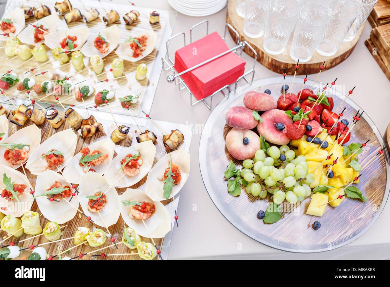 plaque en bois avec des tranches de fruits et de baies sur une table