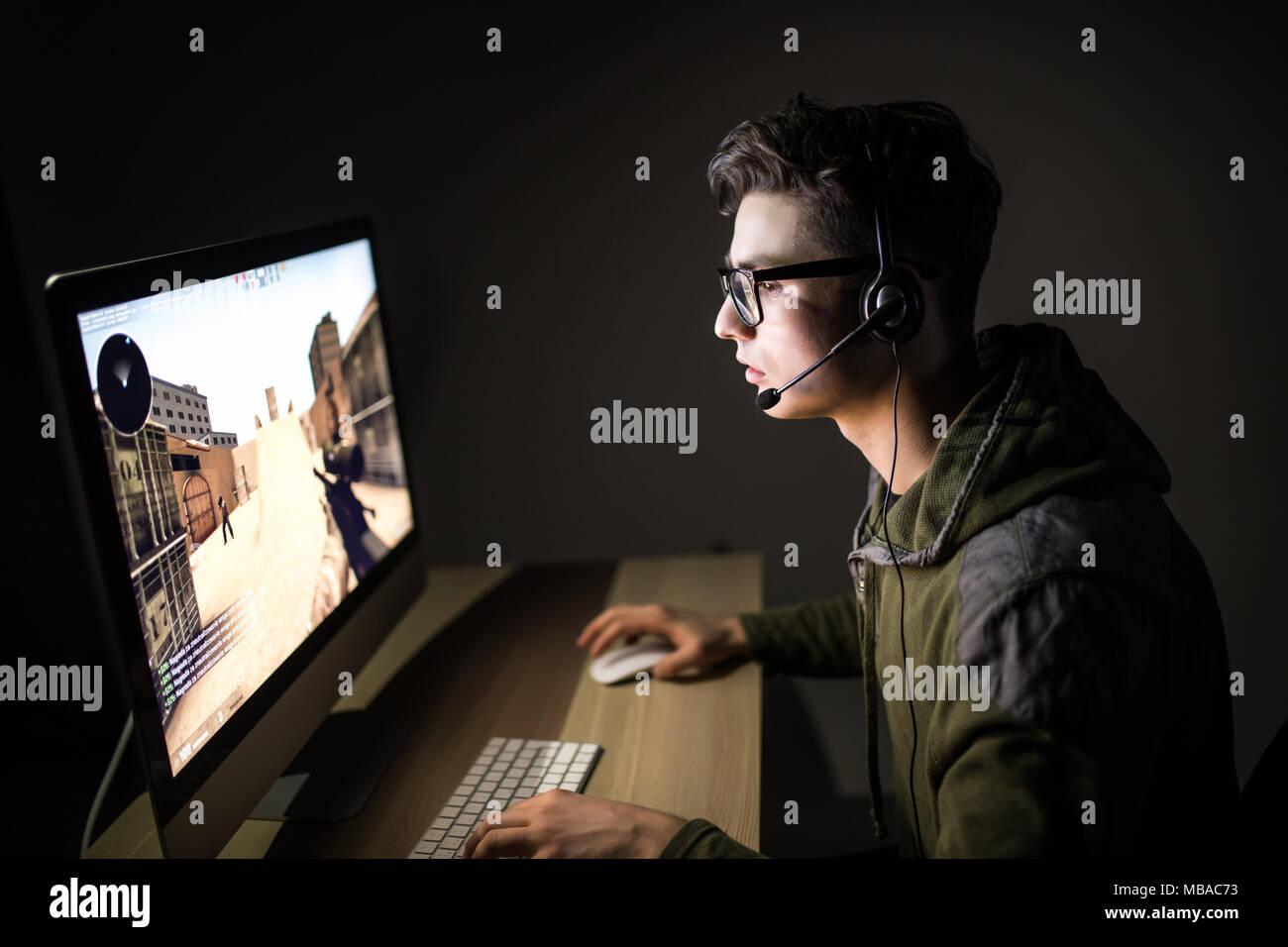 La technologie, jeux, animation, let's play et personnes concept - homme heureux en casque et lunettes avec jeu de pc à la maison et streamin Photo Stock