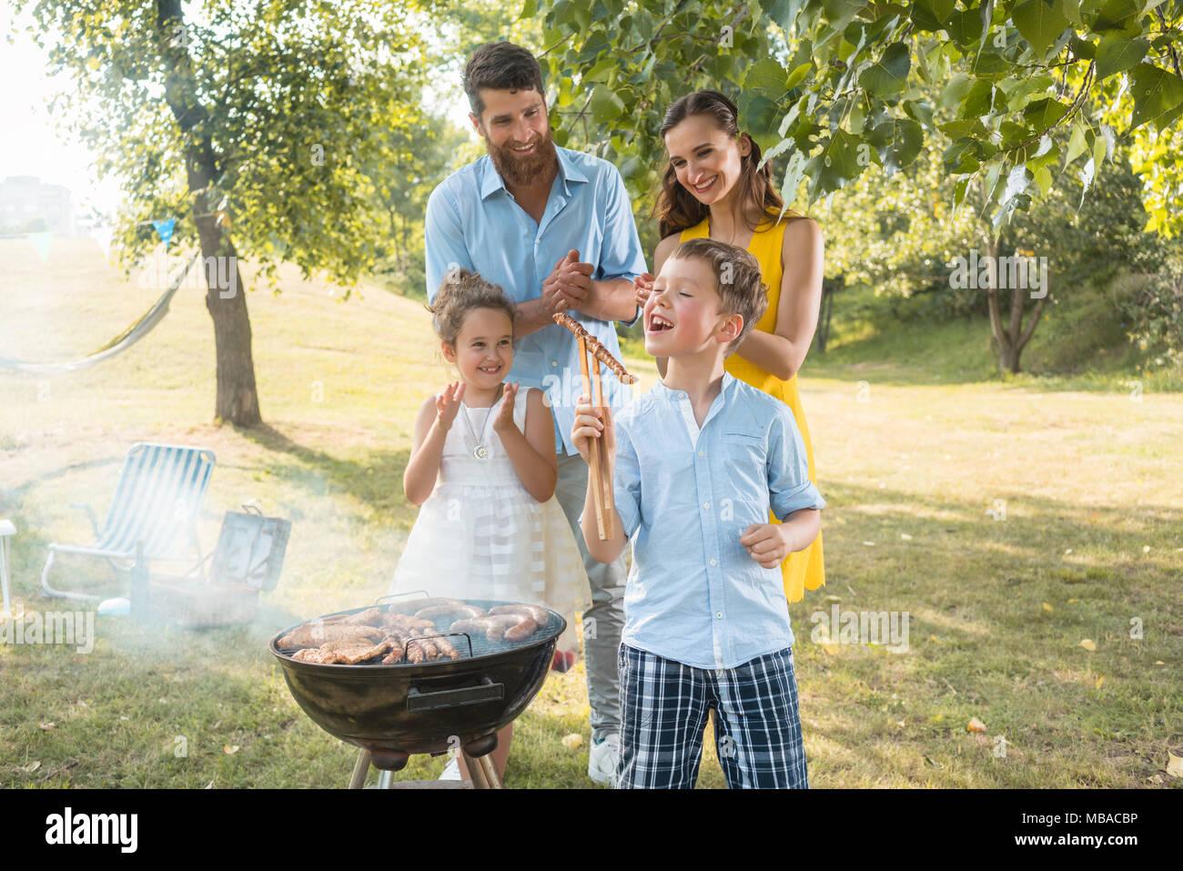 Portrait de famille heureuse avec deux enfants à l'extérieur Photo Stock