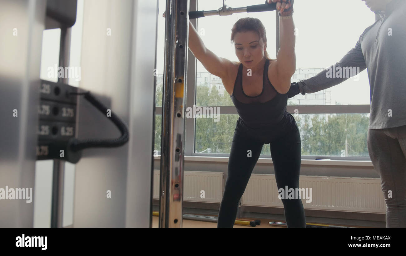 Jolie femme crossfit fait avec instructeur personnel Photo Stock