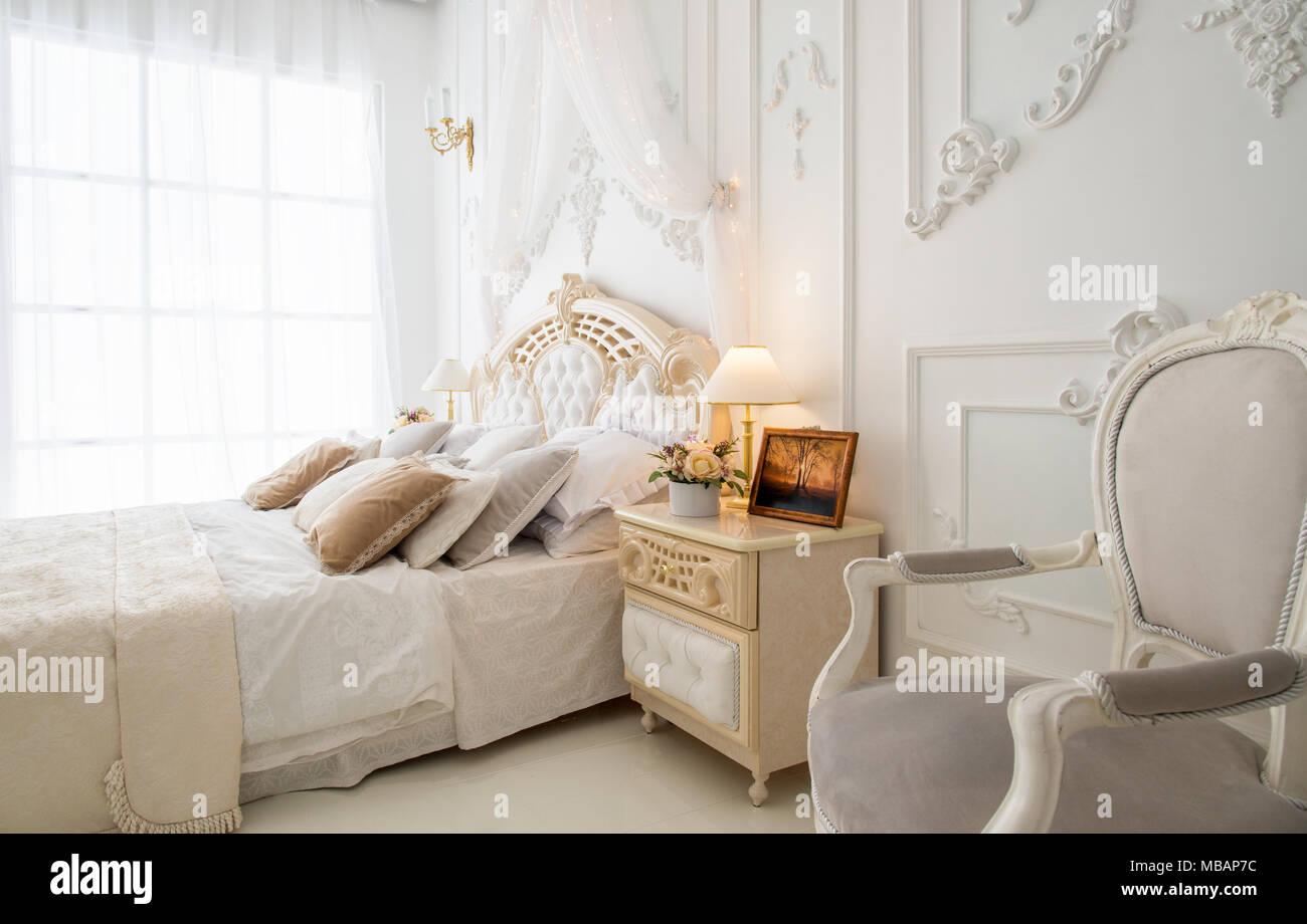 Lit king-size dans la chambre à coucher avec grande fenêtre Banque D ...