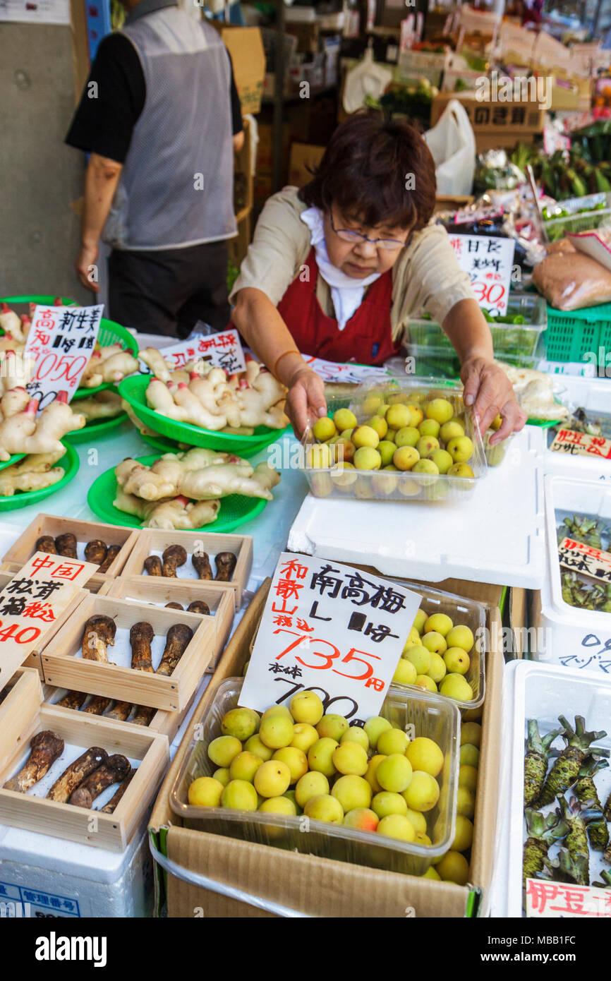 Japon, Tokyo, Asie, Orient, marché aux poissons Tsukiji, shopping shopper shopping shopping shopping magasins marché marchés achats vente, marchands moi Banque D'Images
