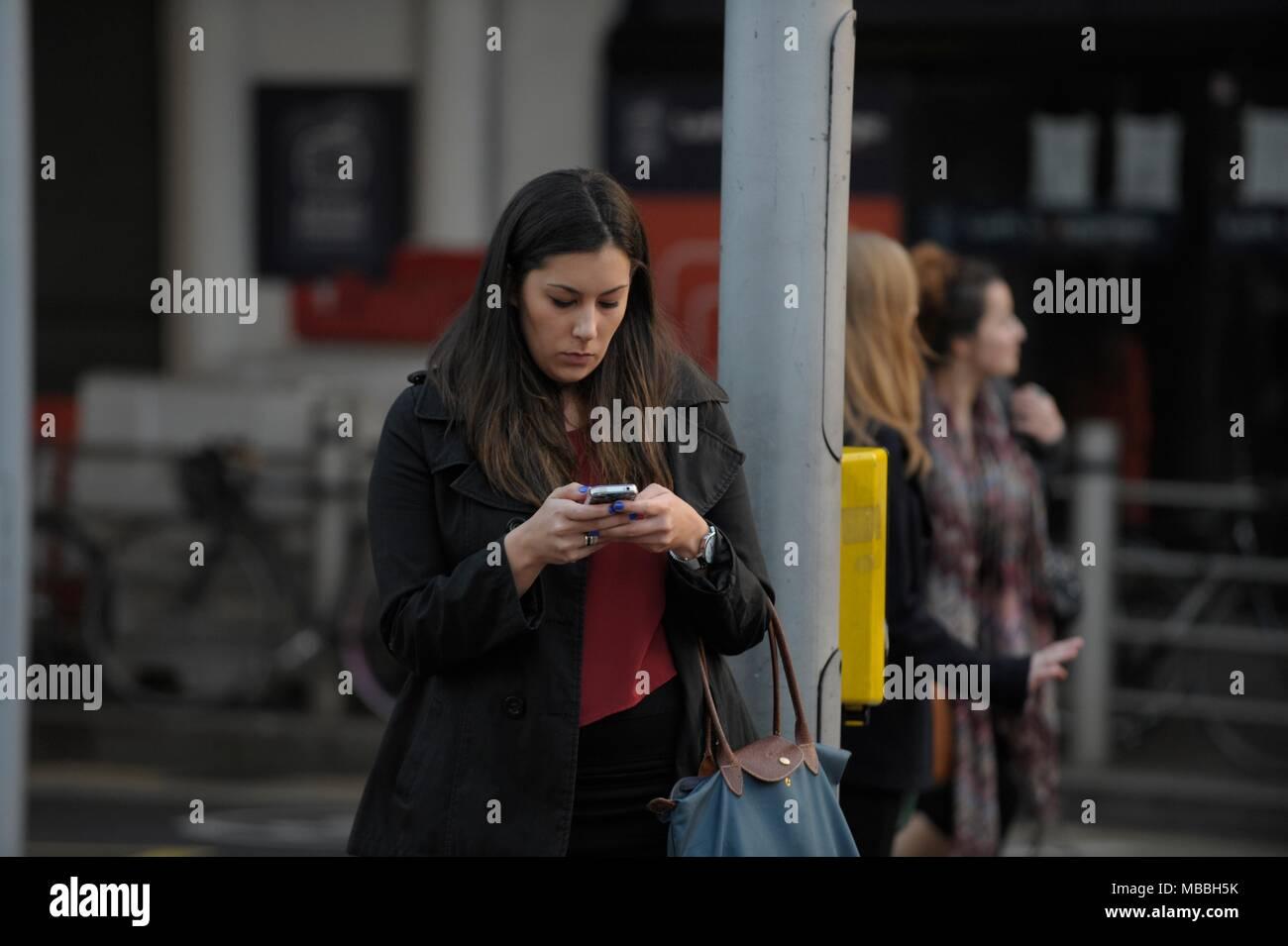 Les gens sur leur cellulaire Photo Stock