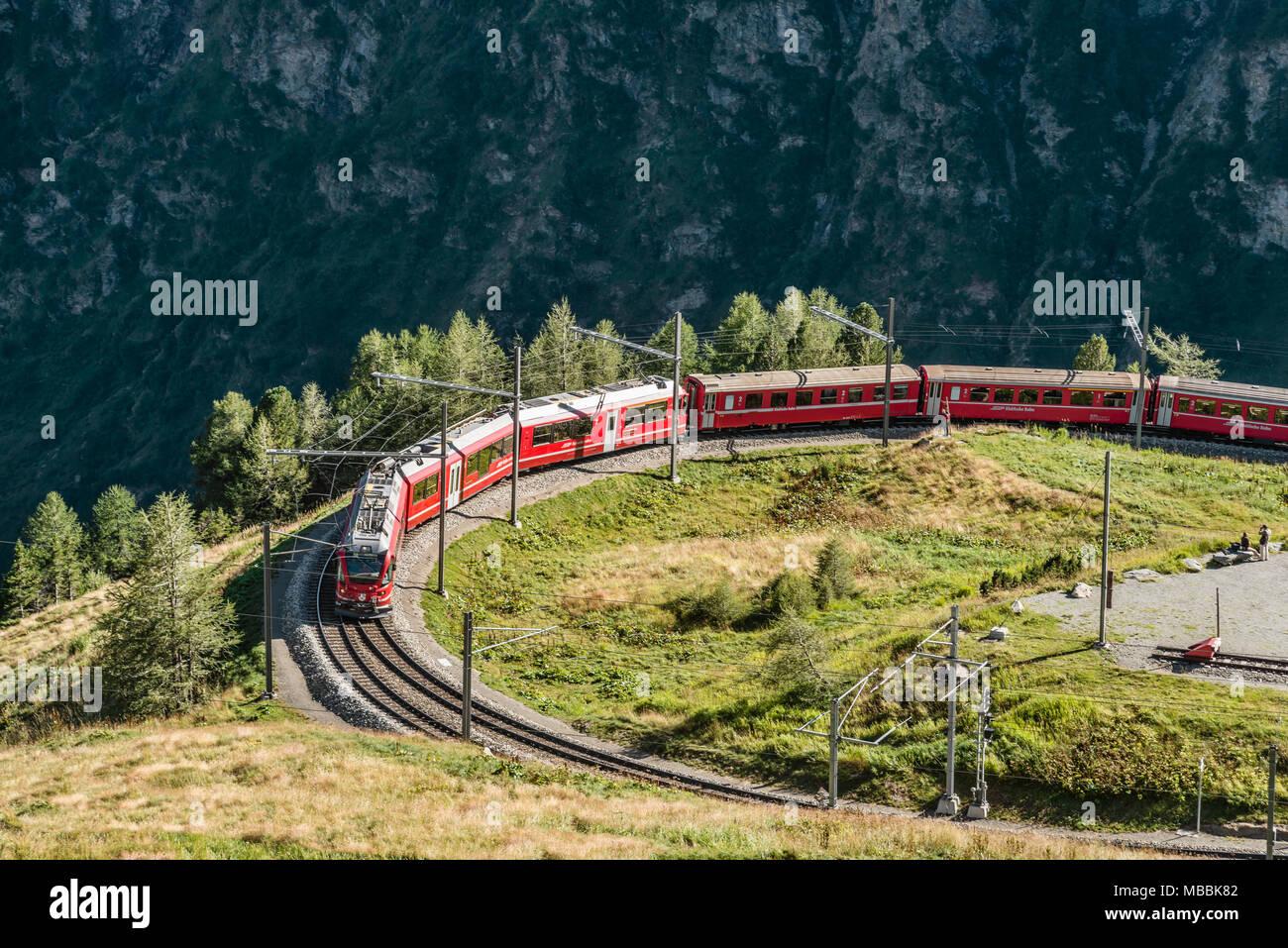 À Alp Gruem Bernina Express, avec le Valposchiavo en arrière-plan, l'Engadine, Suisse | Une Bergzug Zugstation der Alp Gruem mit dem Puschlav Tal Banque D'Images