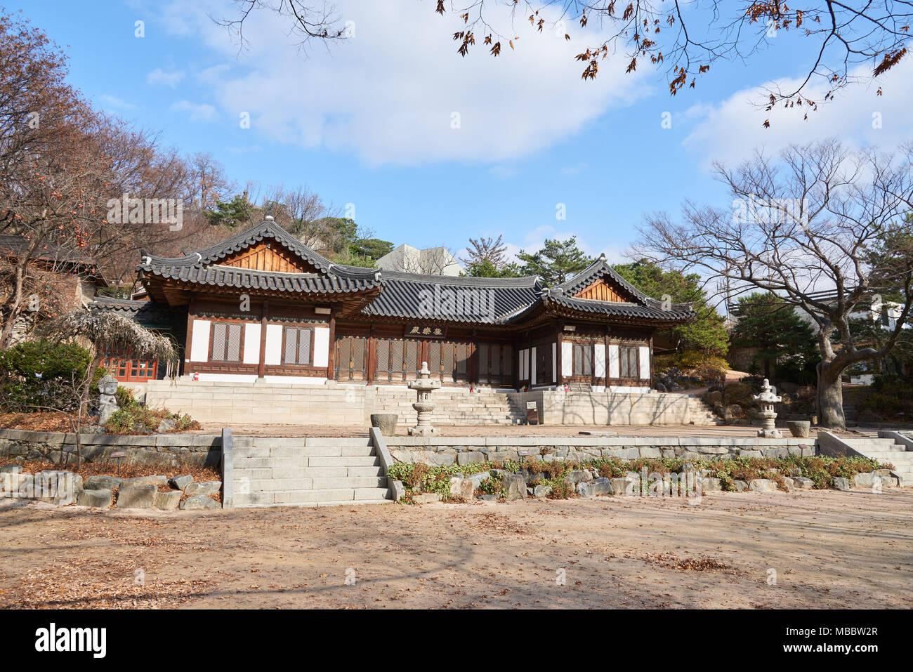 Séoul, Corée - 4 décembre 2015: Geungnakjeon(la salle du Paradis) dans Gilsangsa Temple qui a été ouverte par Beopjeong moine en 1997. Il appartient à la Banque D'Images