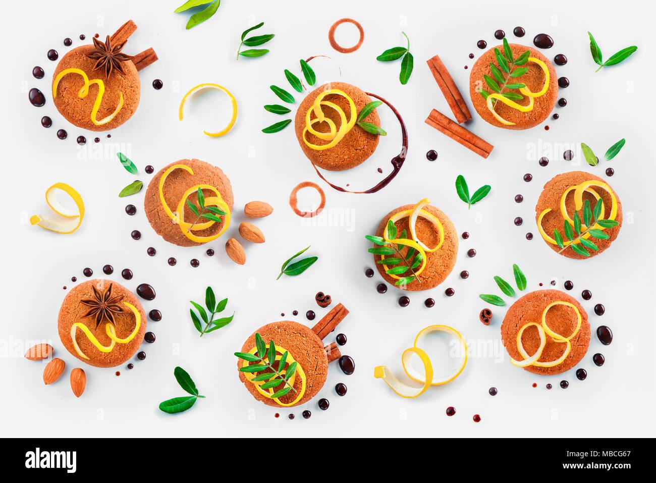 Décoration Cookie télévision lay. Conseils alimentaires fait modèle de cookies, chocolat swooshes et joints toriques, la cannelle, le zeste de citron et feuilles vertes. Banque D'Images
