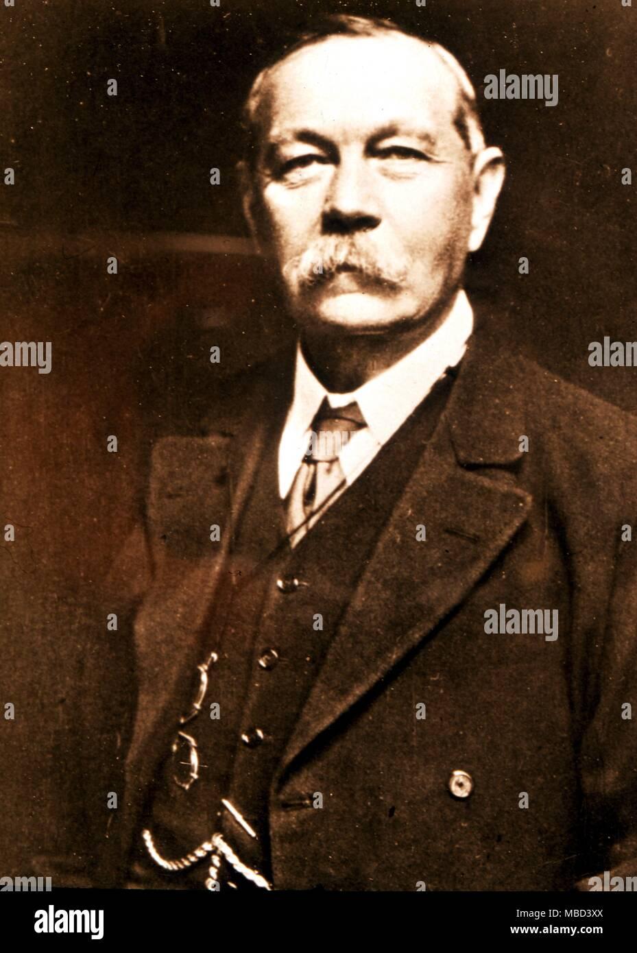 L'Occultiste - chercheur psychique, auteur et journaliste sir Arthur Conan Doyle (1859-1930) - Sir Arthur Ignatius Conan Doyle (22 mai 1859 - 7 juillet 1930) est le plus célèbre auteur britannique connu pour ses histoires sur le détective Sherlock Holmes, qui sont généralement considérés comme une innovation majeure dans le domaine de la fiction criminelle. Il fut un écrivain prolifique dont les autres travaux incluent des histoires de science-fiction, des romans historiques, pièces de théâtre et des romances, poèmes, et non-fiction. Il est parfois appelé Conan Doyle. Conan était à l'origine d'un second prénom mais il l'a utilisé dans le cadre de son nom dans son oui Photo Stock