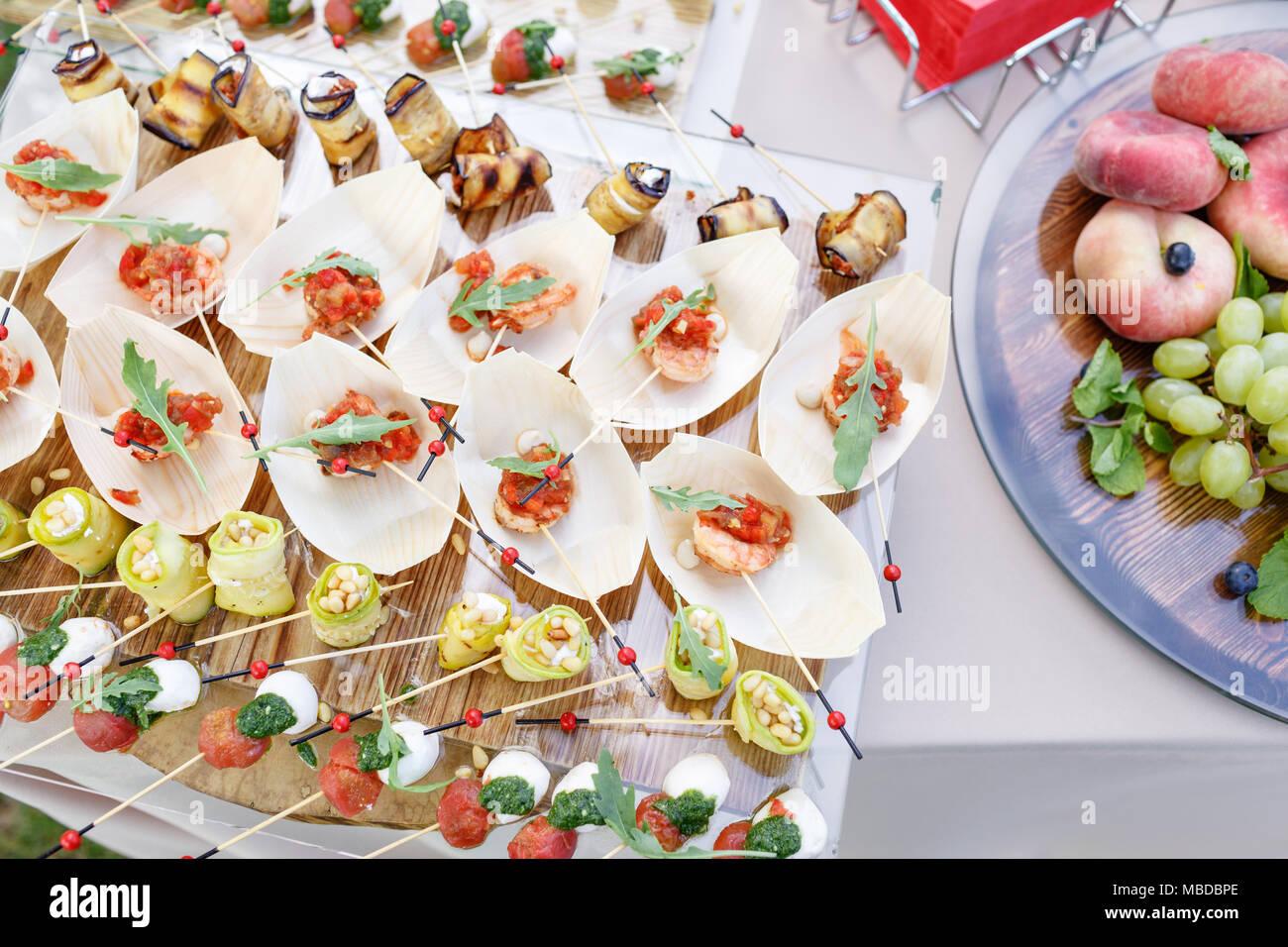 vue de dessus sur la table buffet savoureux. fête de l'été à l