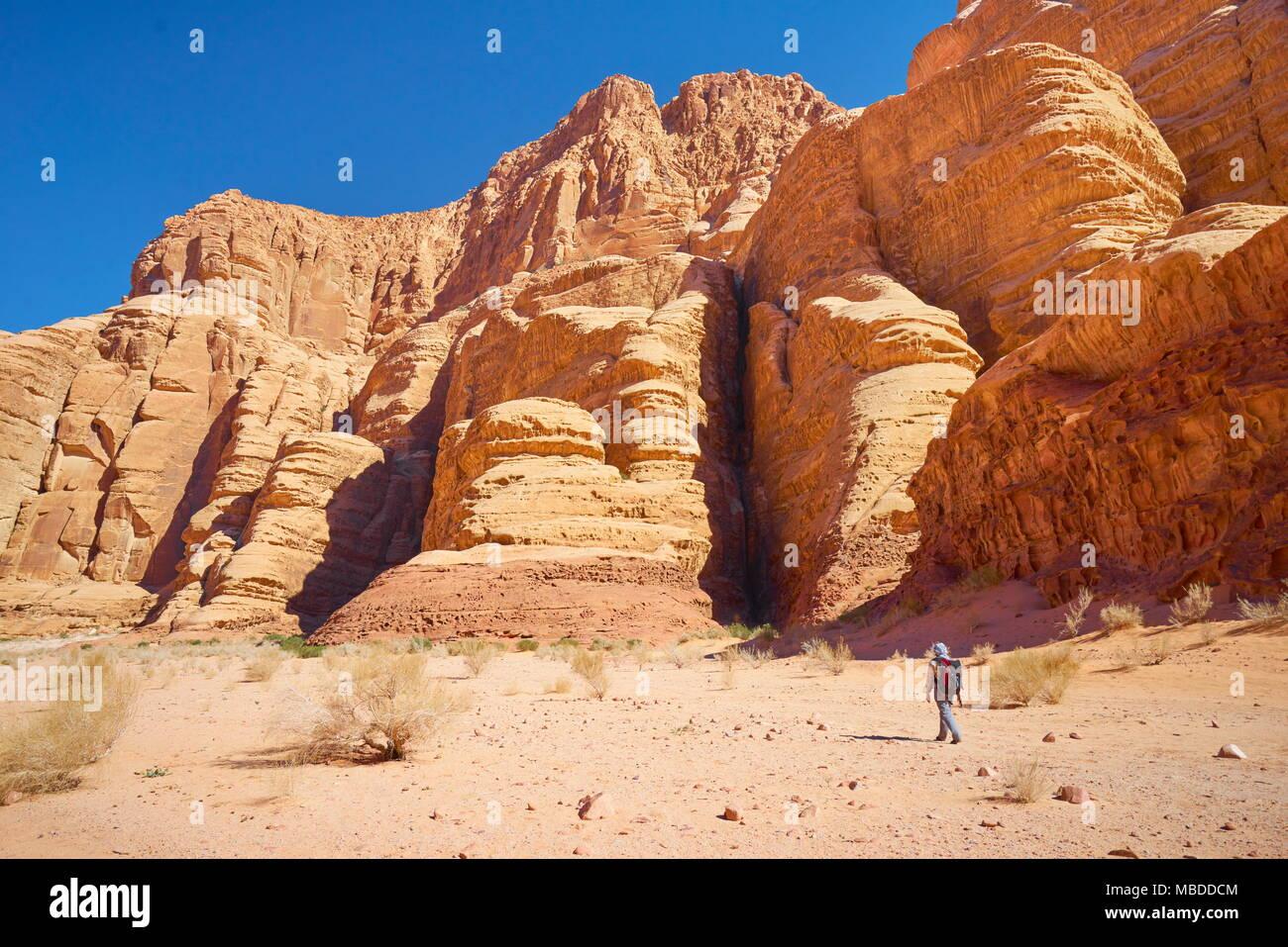 Trekking dans le Canyon de Burrah, Wadi Rum, Jordanie Photo Stock