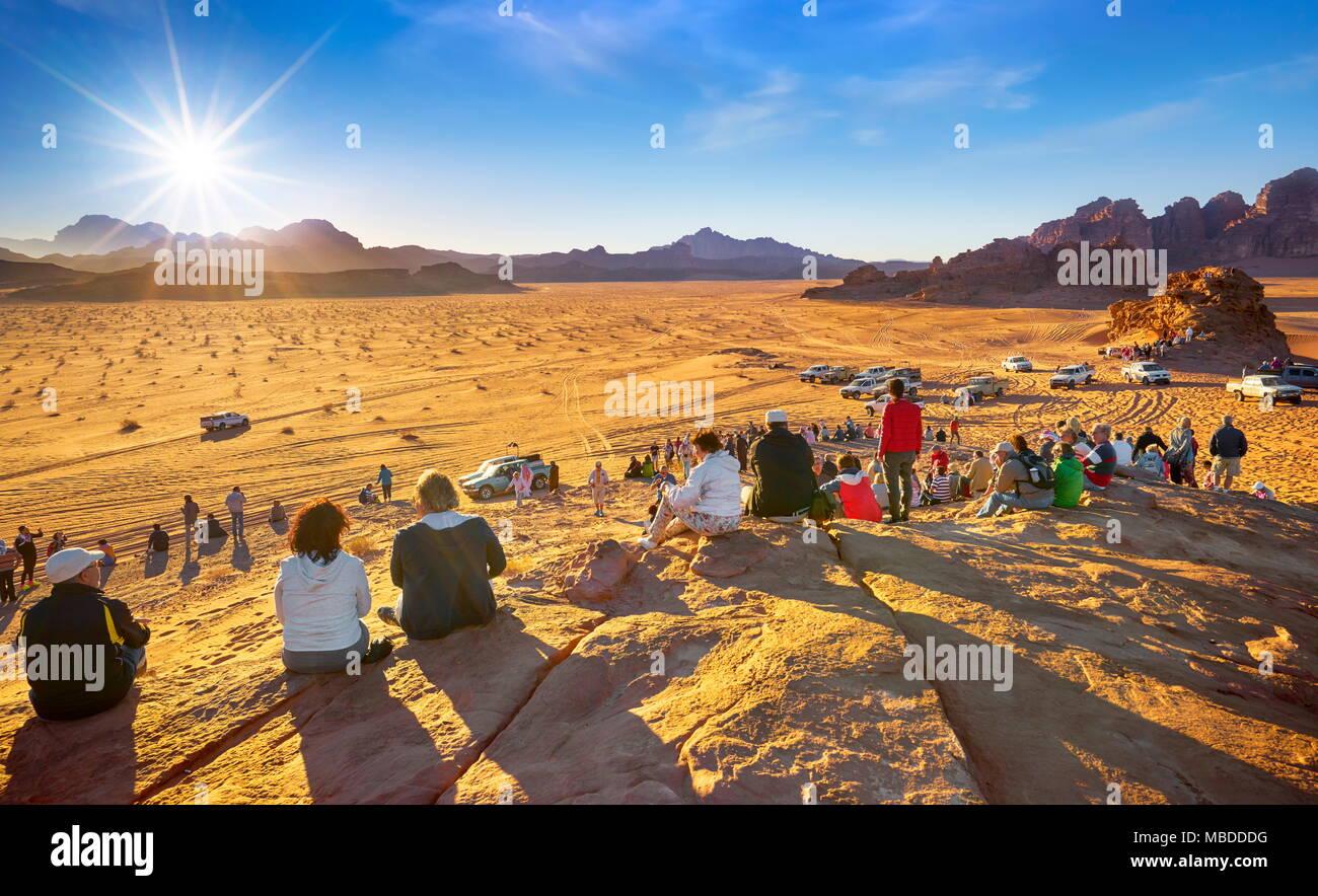 Les touristes attendent le coucher du soleil, le désert de Wadi Rum, Jordanie Photo Stock