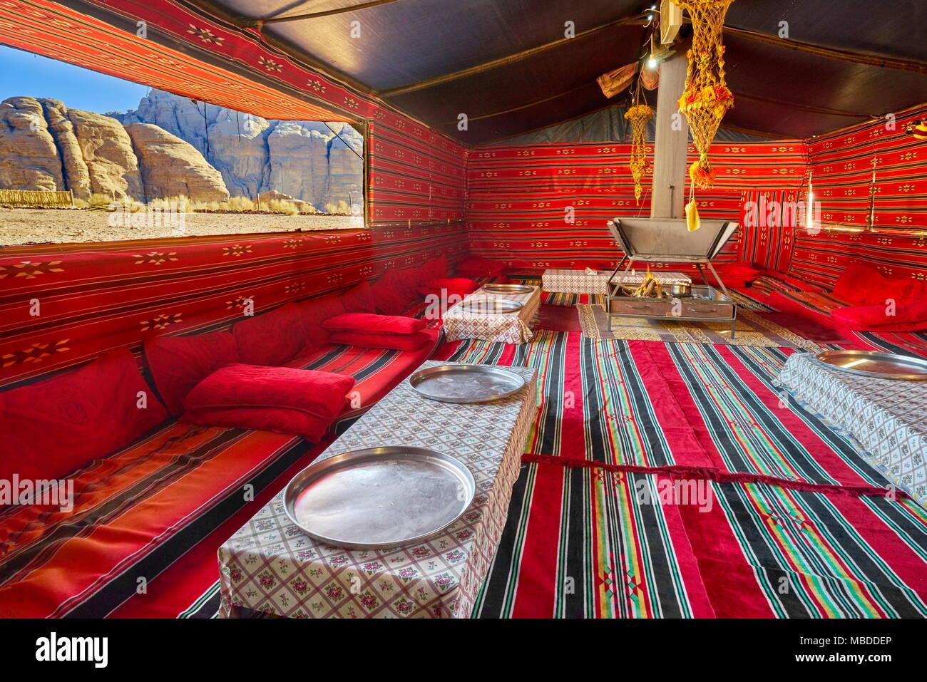 Intérieur du camp de tentes bédouines traditionnelles, le Wadi Rum, Jordanie Photo Stock