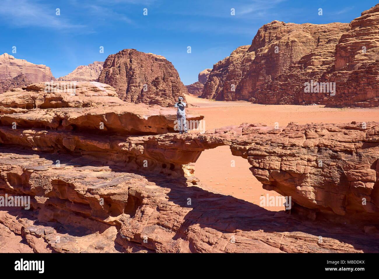 Pont de roche naturelle, dans le désert de Wadi Rum, Jordanie Photo Stock