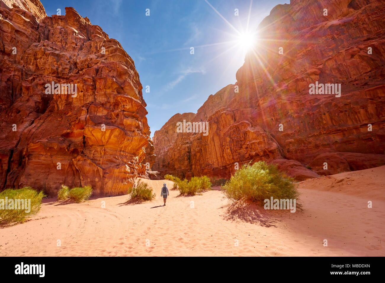 Trekking dans le désert de Wadi Rum, Jordanie Photo Stock