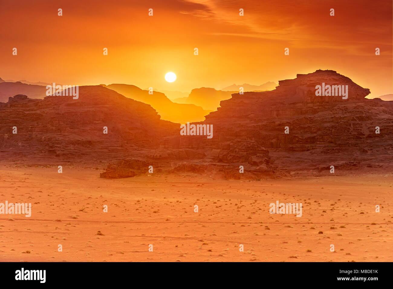 Le désert de Wadi Rum, Jordanie, au coucher du soleil Photo Stock