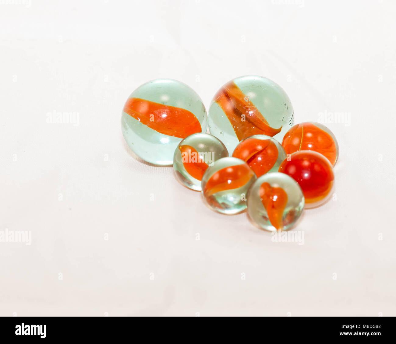 Close up de deux tailles de billes oeil-chats orange Banque D'Images