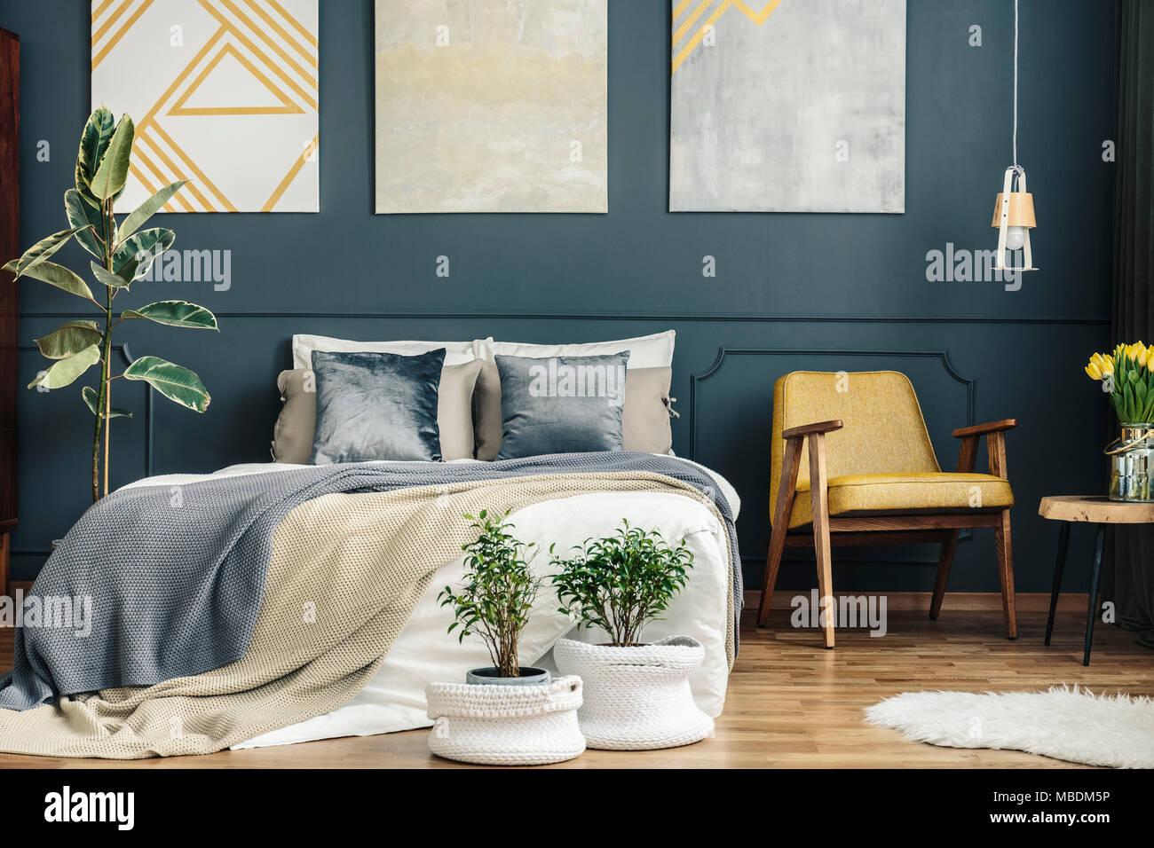 L\'intérieur de chambre à coucher rétro vintage avec chaise, bleu et ...