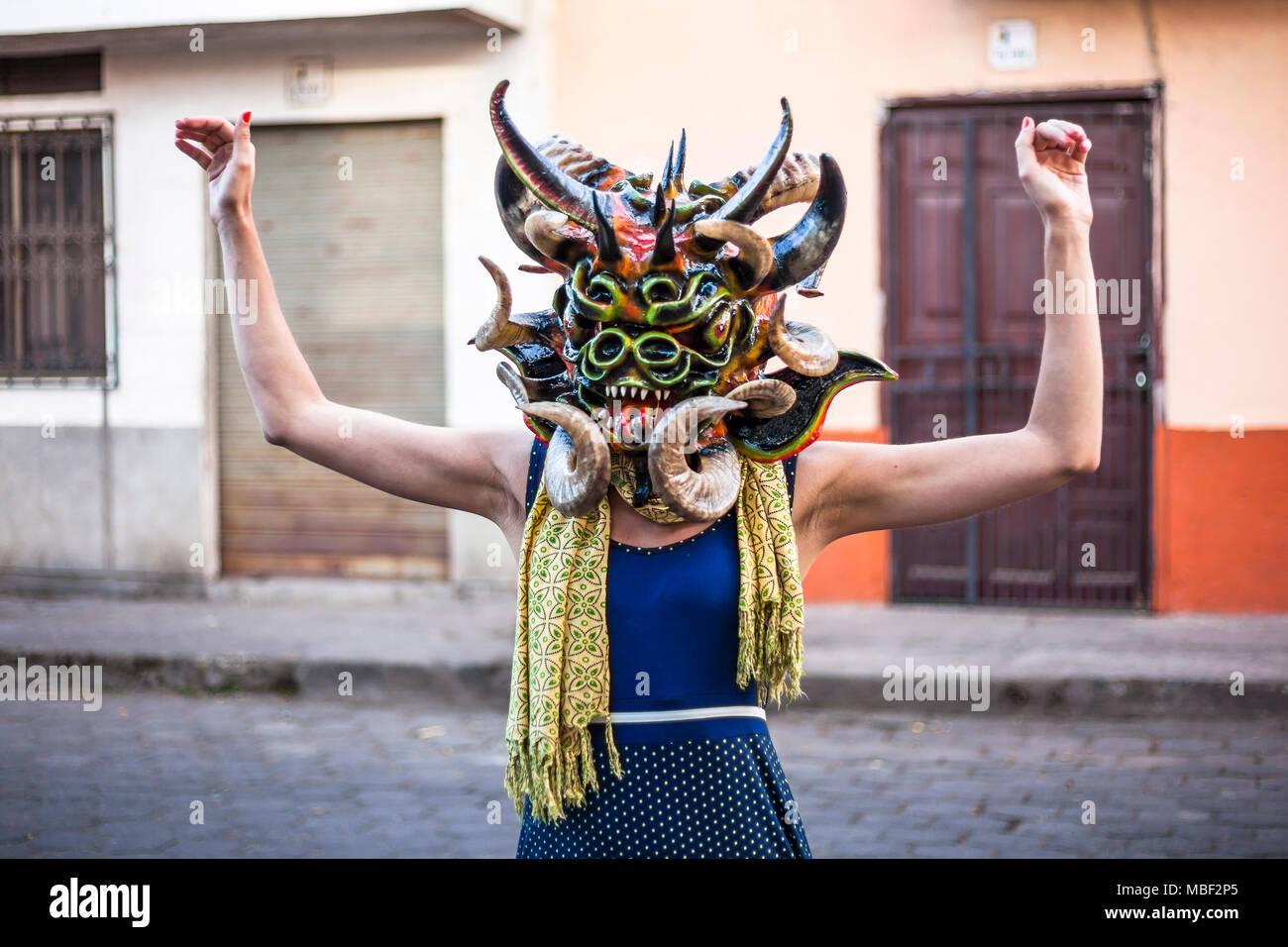 Píllaro, EQUATEUR - 6 février 2016: une femme non identifiée, habillé en diable dans le diabladas festivités dans Pillaro. Banque D'Images