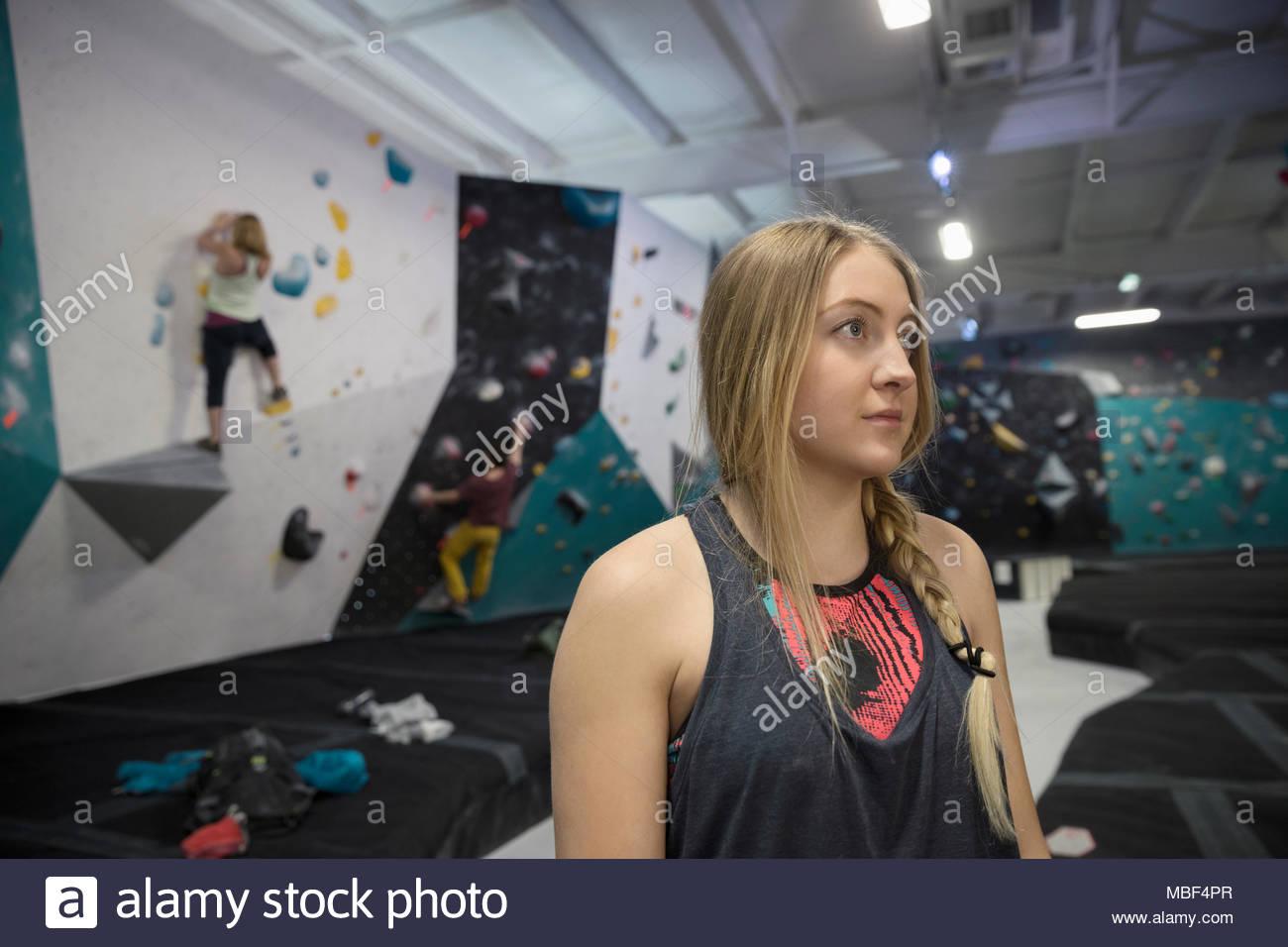 Déterminé, l'accent female rock climber climbing gym Photo Stock