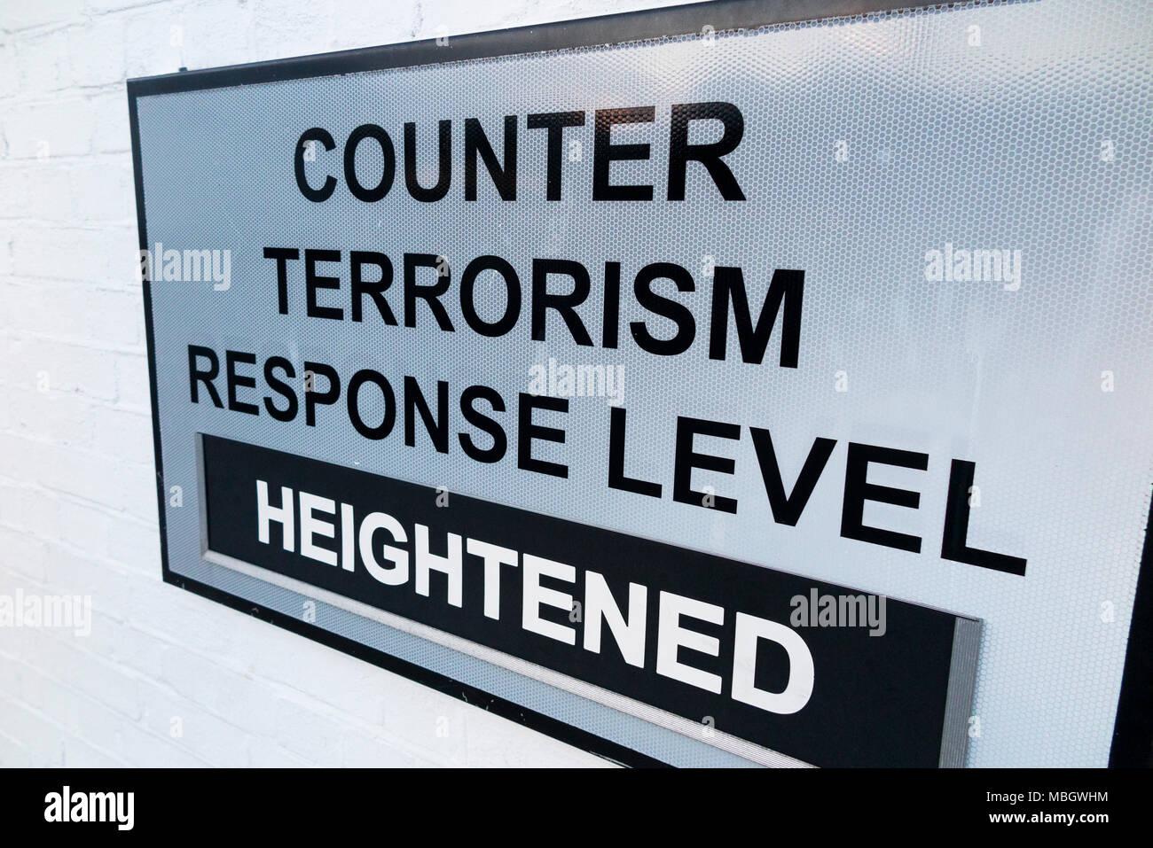 Panneau d'avertissement lors de l'historique chantier naval, Portsmouth, pour montrer le niveau de la menace accrue de lutter contre le terrorisme en vigueur à l'époque sur la base navale. UK Photo Stock