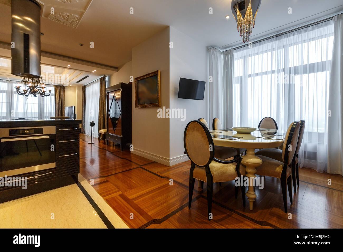 conçu cuisine intérieur dans un appartement de luxe, murs blancs