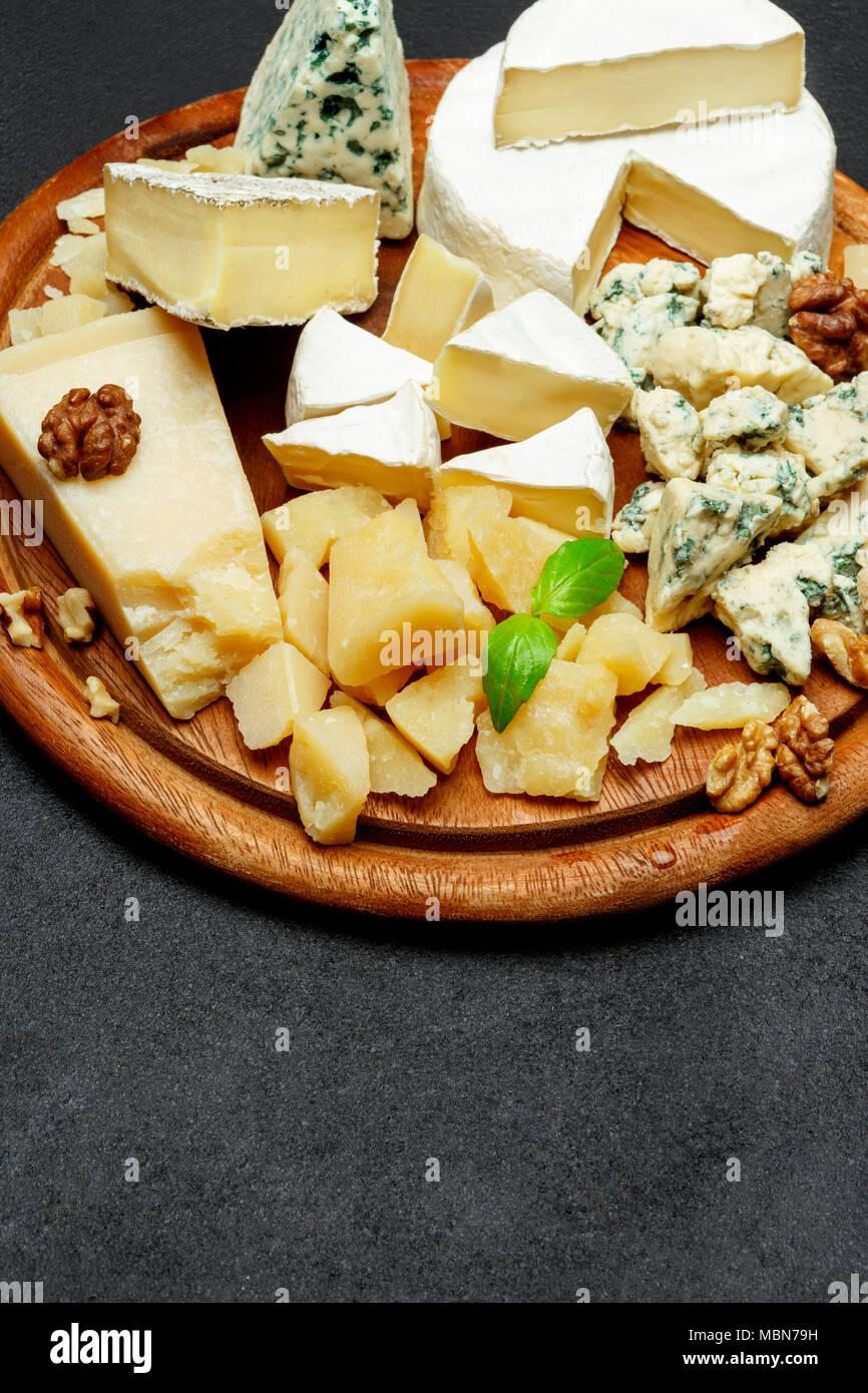 Assiette de fromage avec un assortiment de fromages camembert, Brie, parmesan, chèvre au fromage bleu Banque D'Images