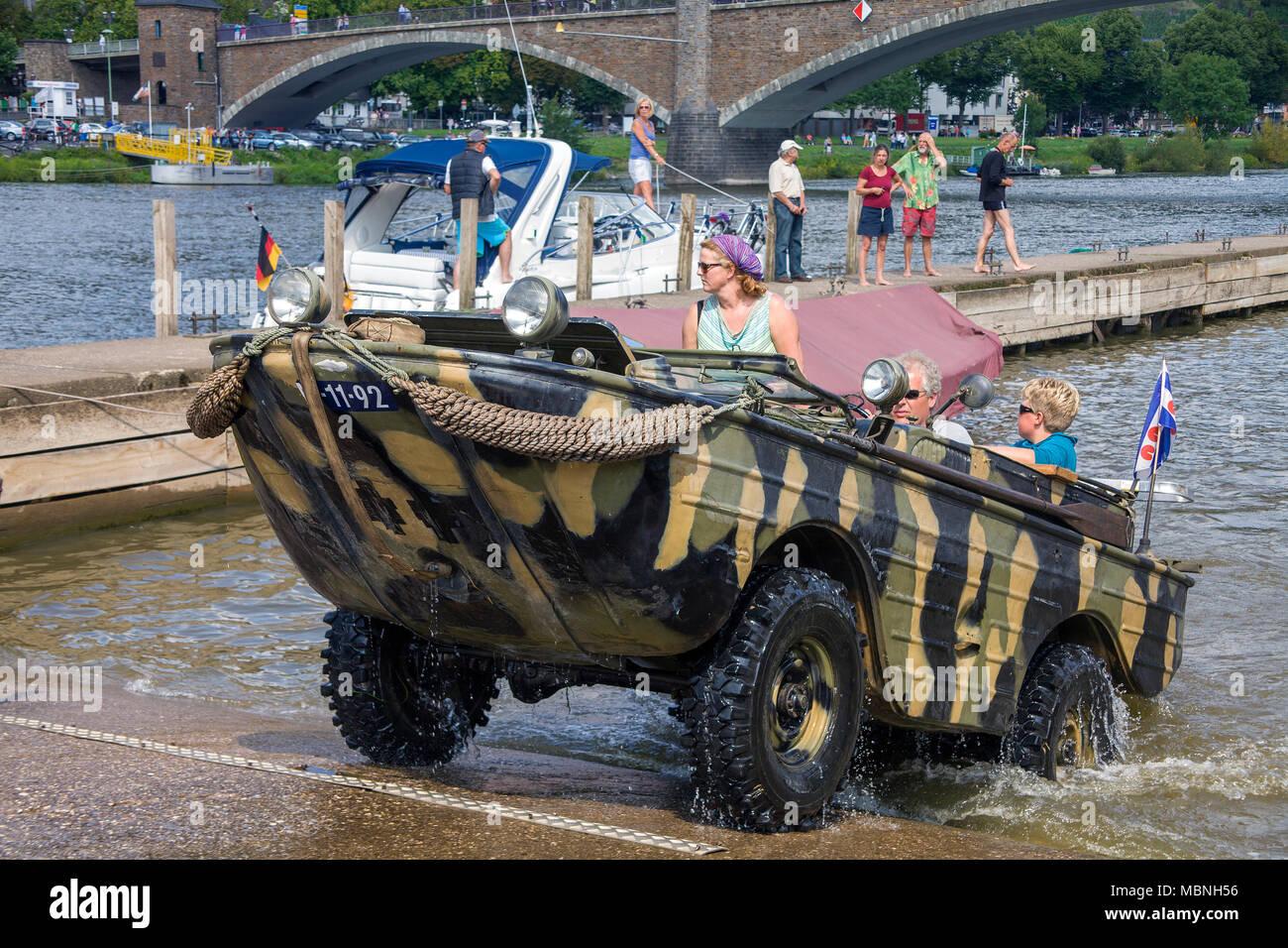 Conduite du véhicule amphibie militaire hors de l'eau à la rivière Moselle, Cochem, Rhénanie-Palatinat, Allemagne Banque D'Images