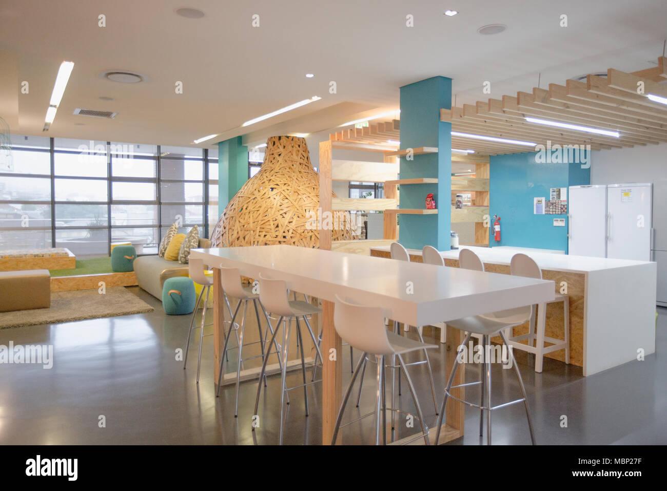 Espace de travail partagé moderne et créative avec table Banque D ...