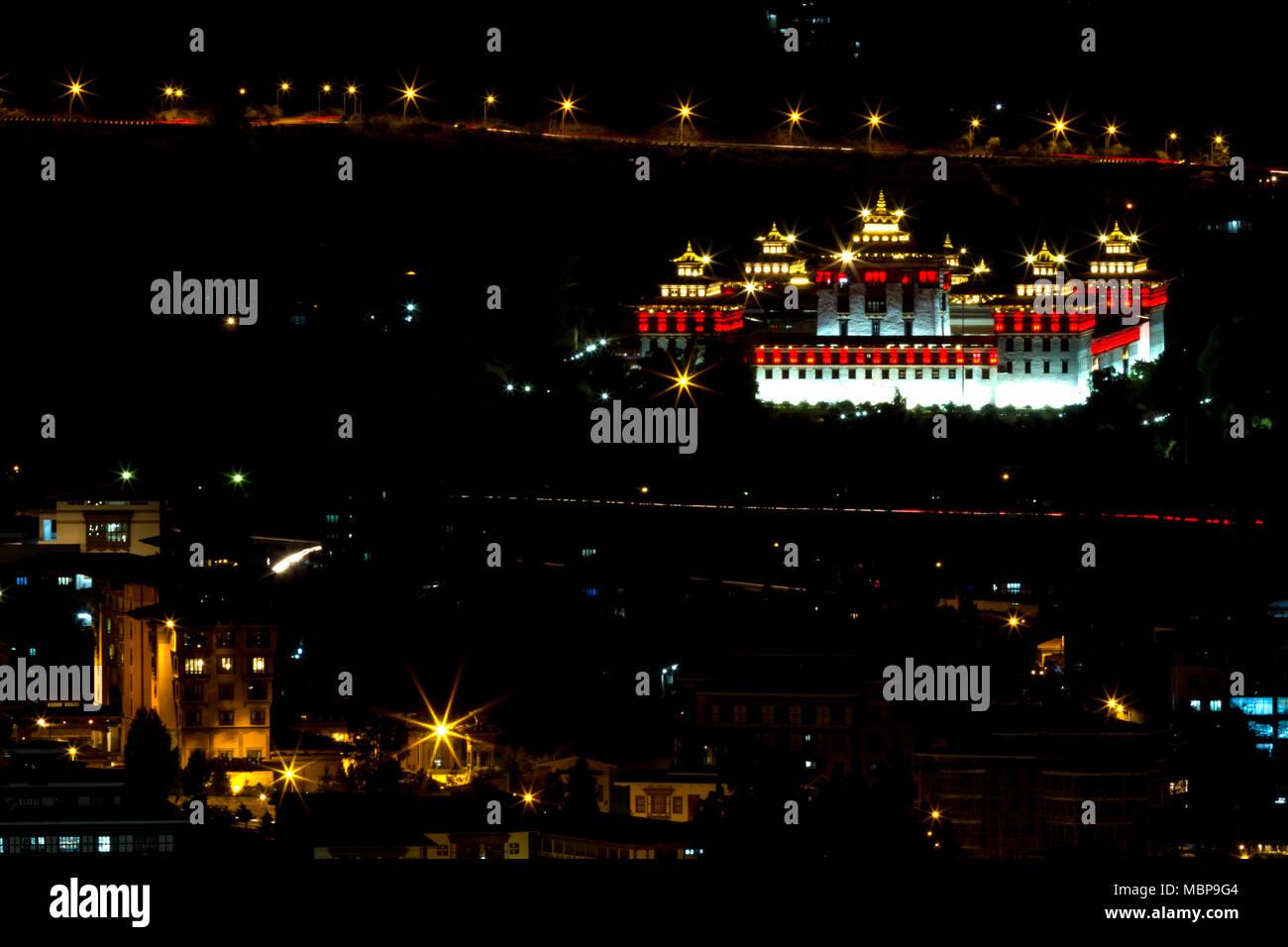 Thimphu tashichho dzong de la lumière de nuit de la route voyage au Bhoutan dans l'Himalaya. Photo Stock