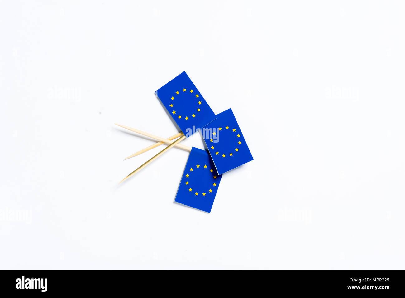 Trois drapeaux de l'Union européenne sur un fond blanc Banque D'Images