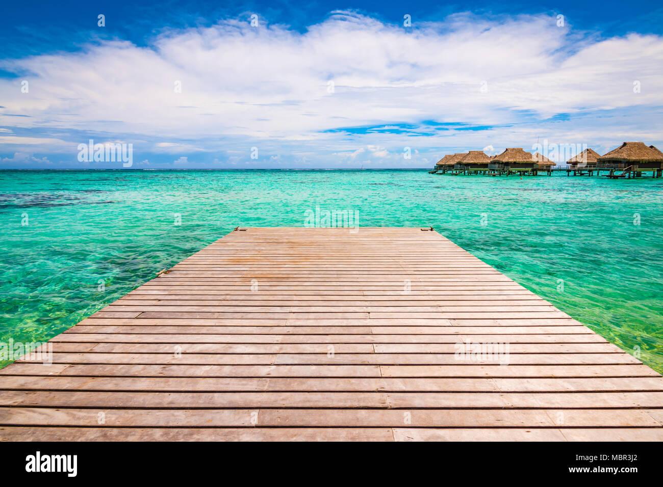 Jetée en bois tropicaux sur la jetée ou blue lagoon. Paysage paradisiaque. Concept de vacances d'été. Photo Stock