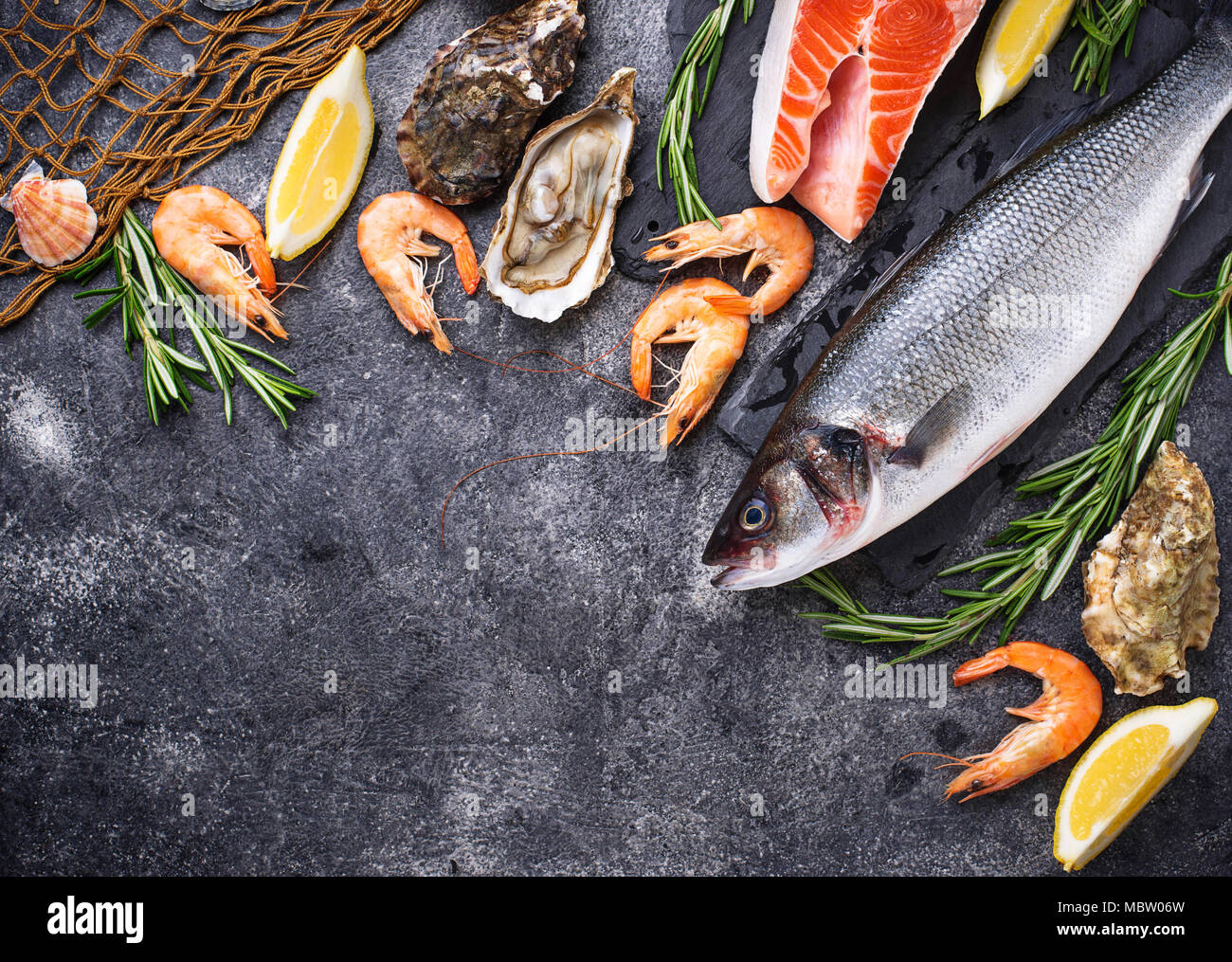 Le saumon, le bar, les crevettes et les huîtres Photo Stock