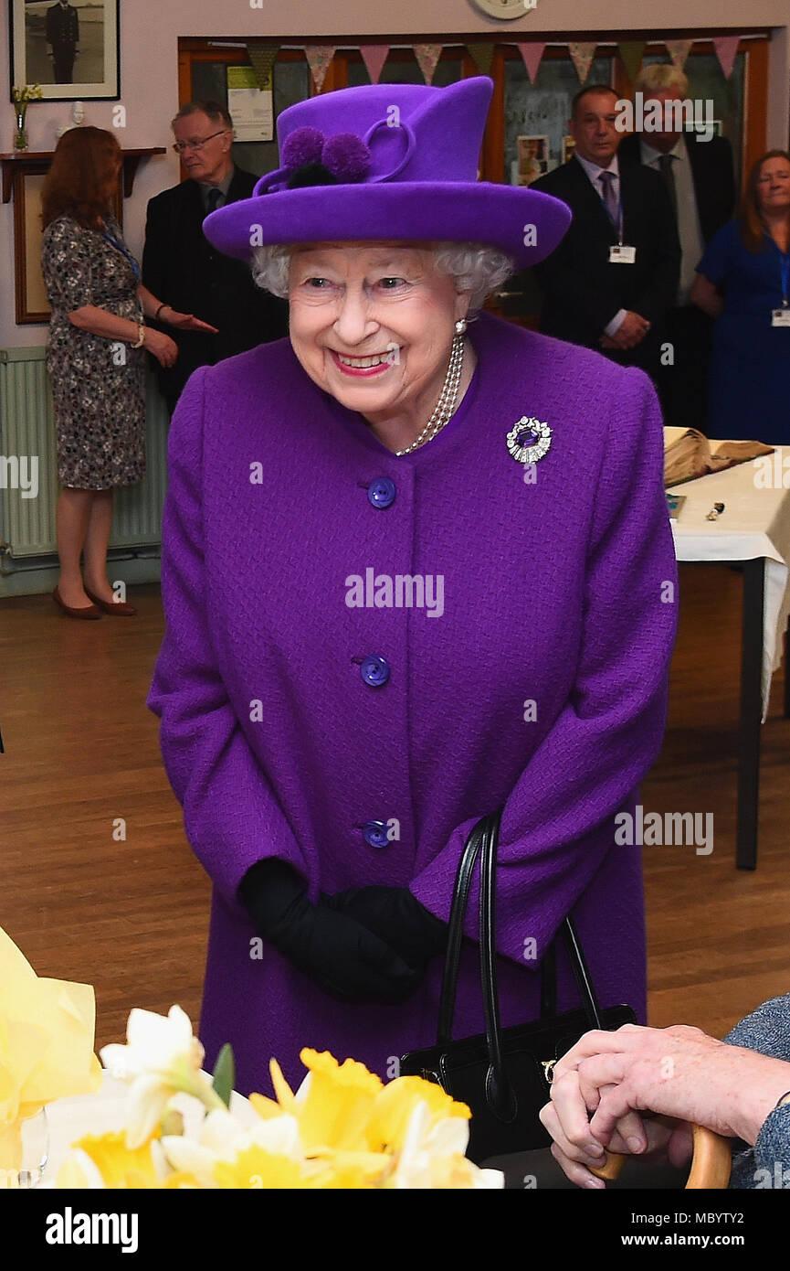 4171082a99a3 La reine Elizabeth II lors d une visite au roi George VI Centre de jour