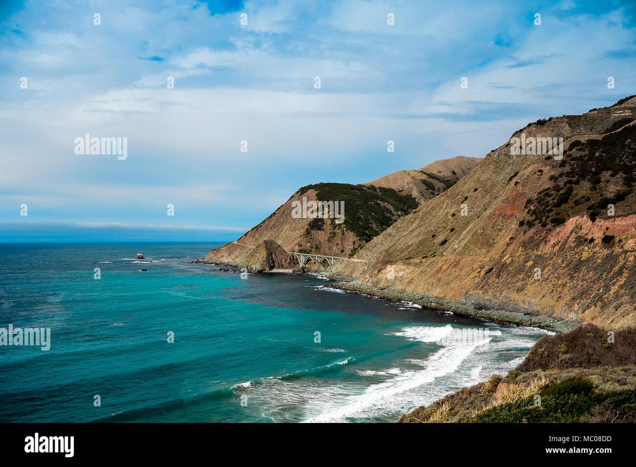 Points de vue le long de la côte du Pacifique à l'autoroute Cabrillo pont du ruisseau Big Cove, en Californie. Beau paysage, ciel nuageux, des falaises rocheuses et de l'aigue-marine mer. Photo Stock