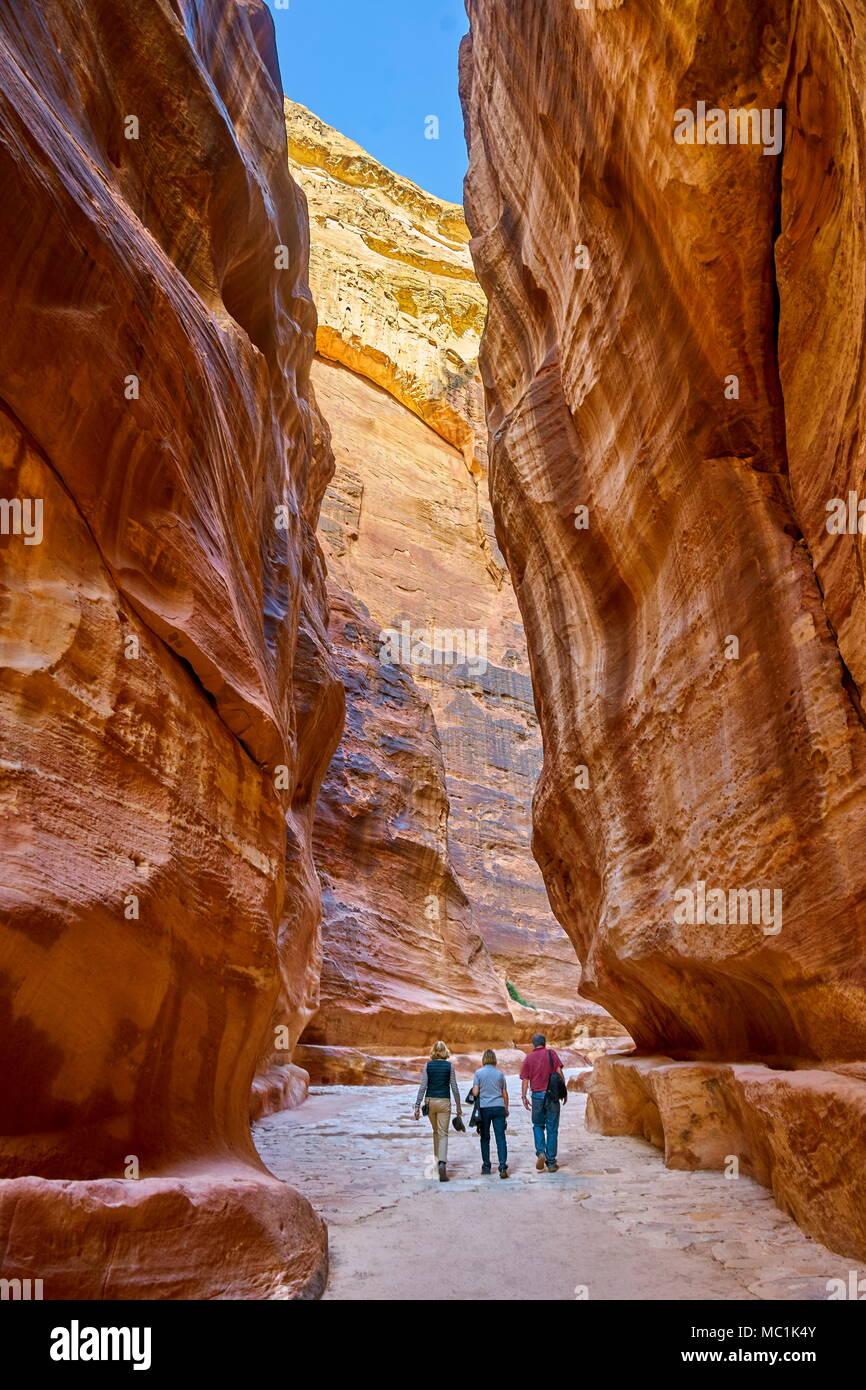 Les touristes en se promenant dans le siq, Petra, Jordanie Photo Stock