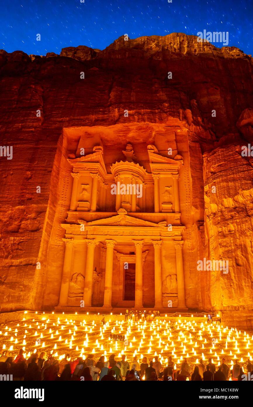 Petra par nuit, le Conseil du Trésor Al-Khazneh, Petra, Jordanie Photo Stock