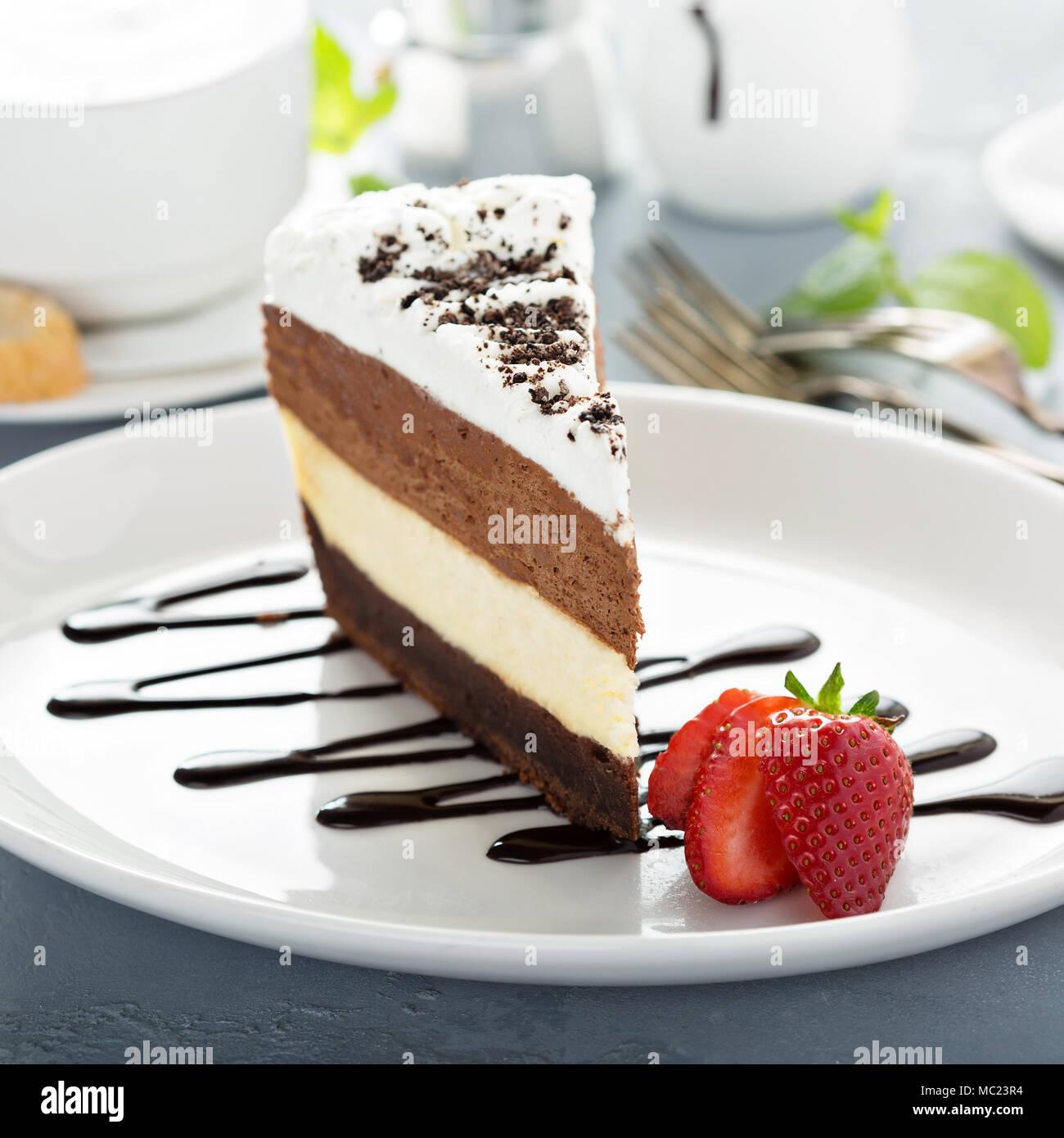 Gâteau mousse au chocolat trois couches Photo Stock