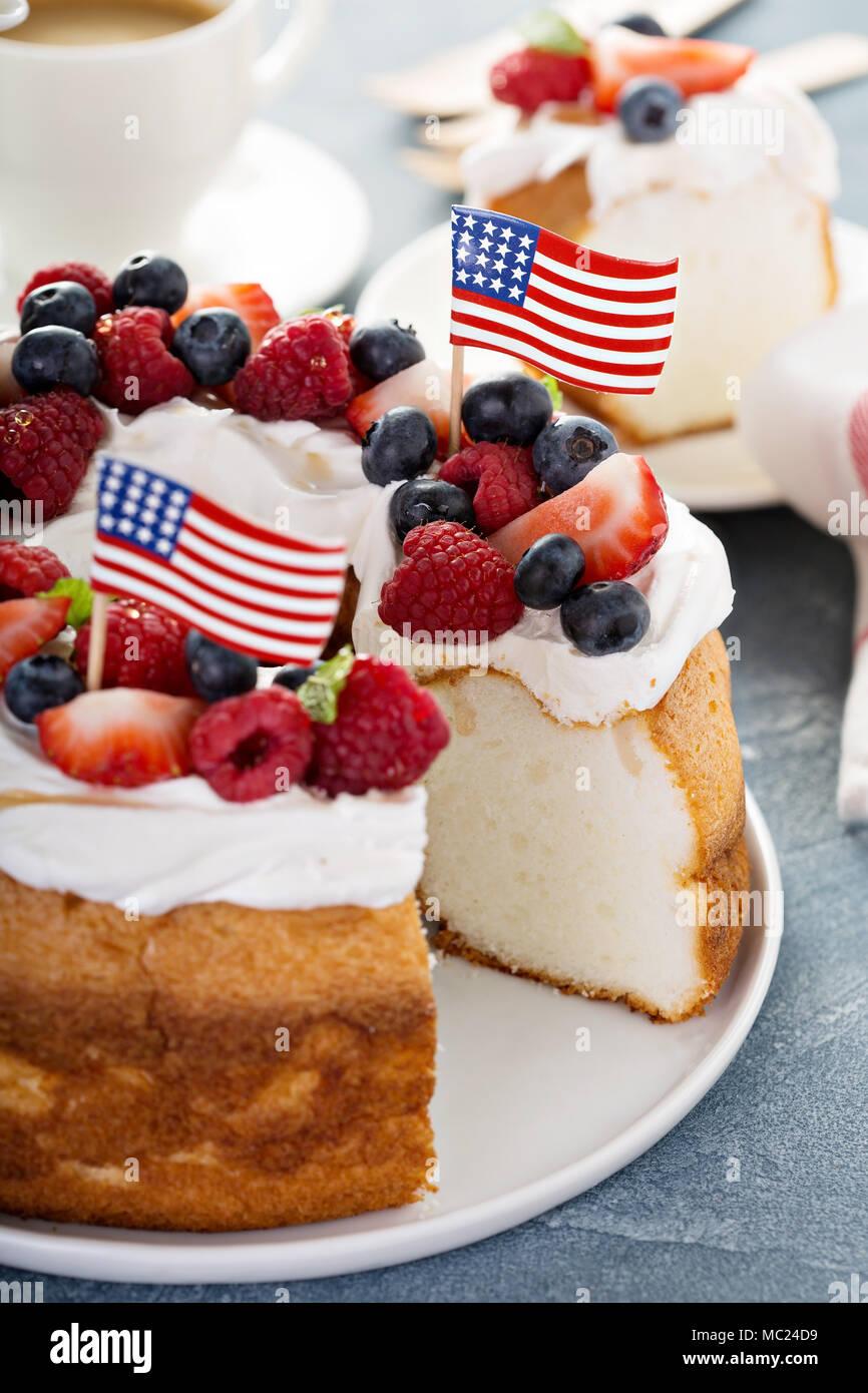 Angel food cake avec de la crème et les baies Photo Stock