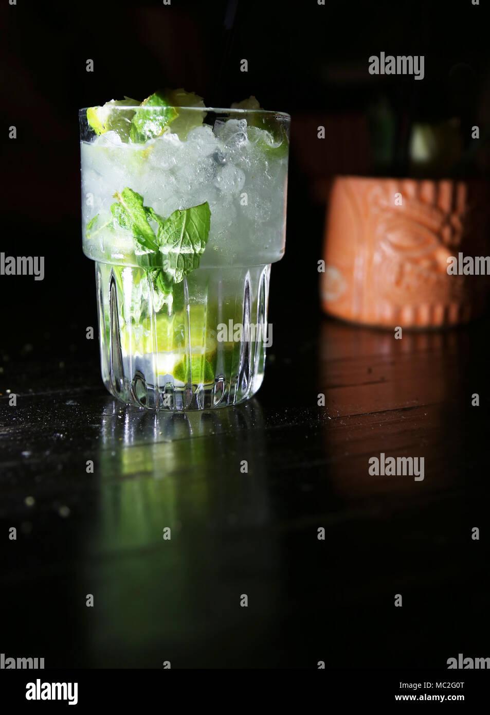 Cocktails de jus de lime et de zeste de glace sur fond noir Photo Stock
