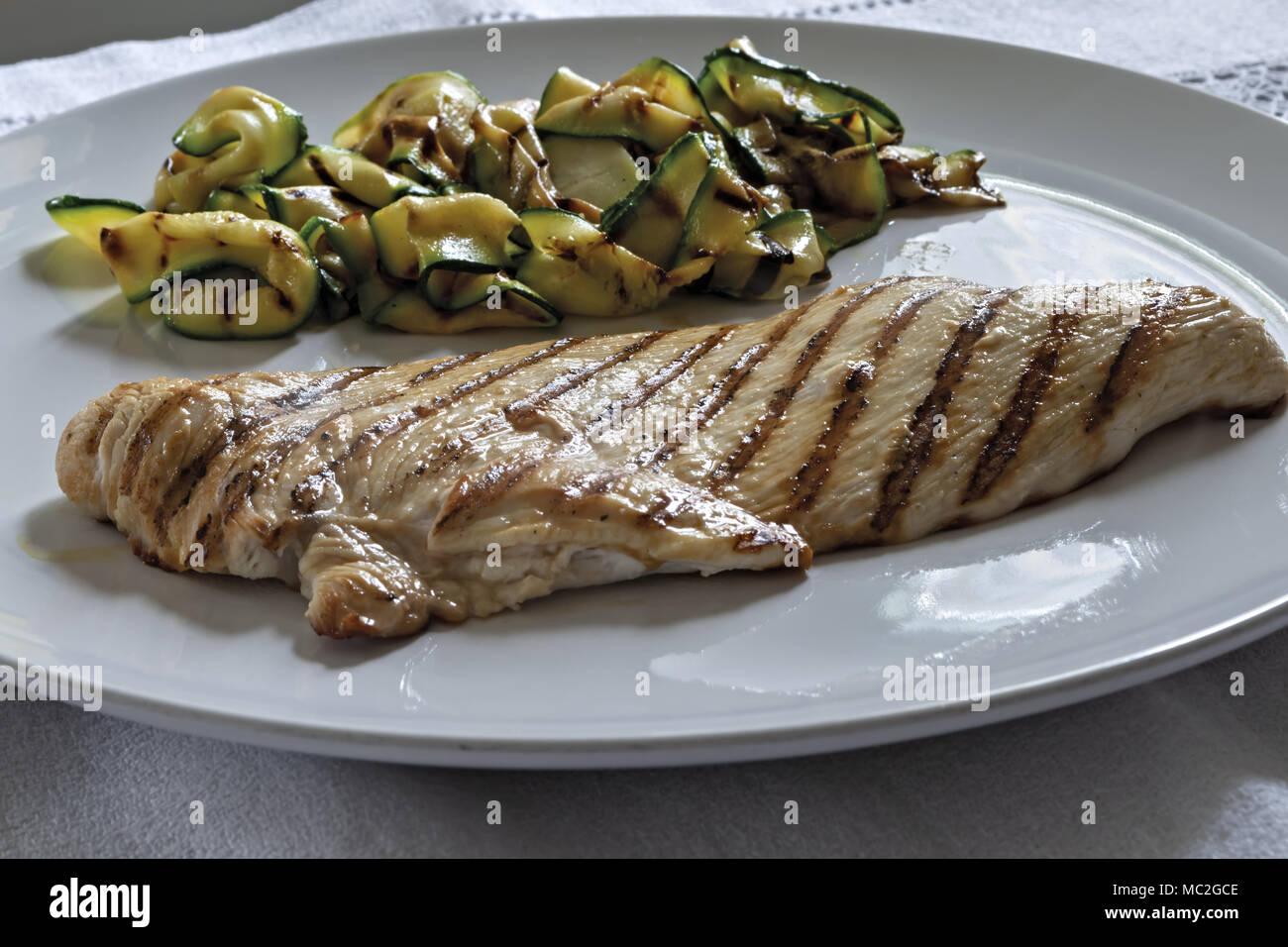 Steak de poulet avec courgettes grillées Photo Stock