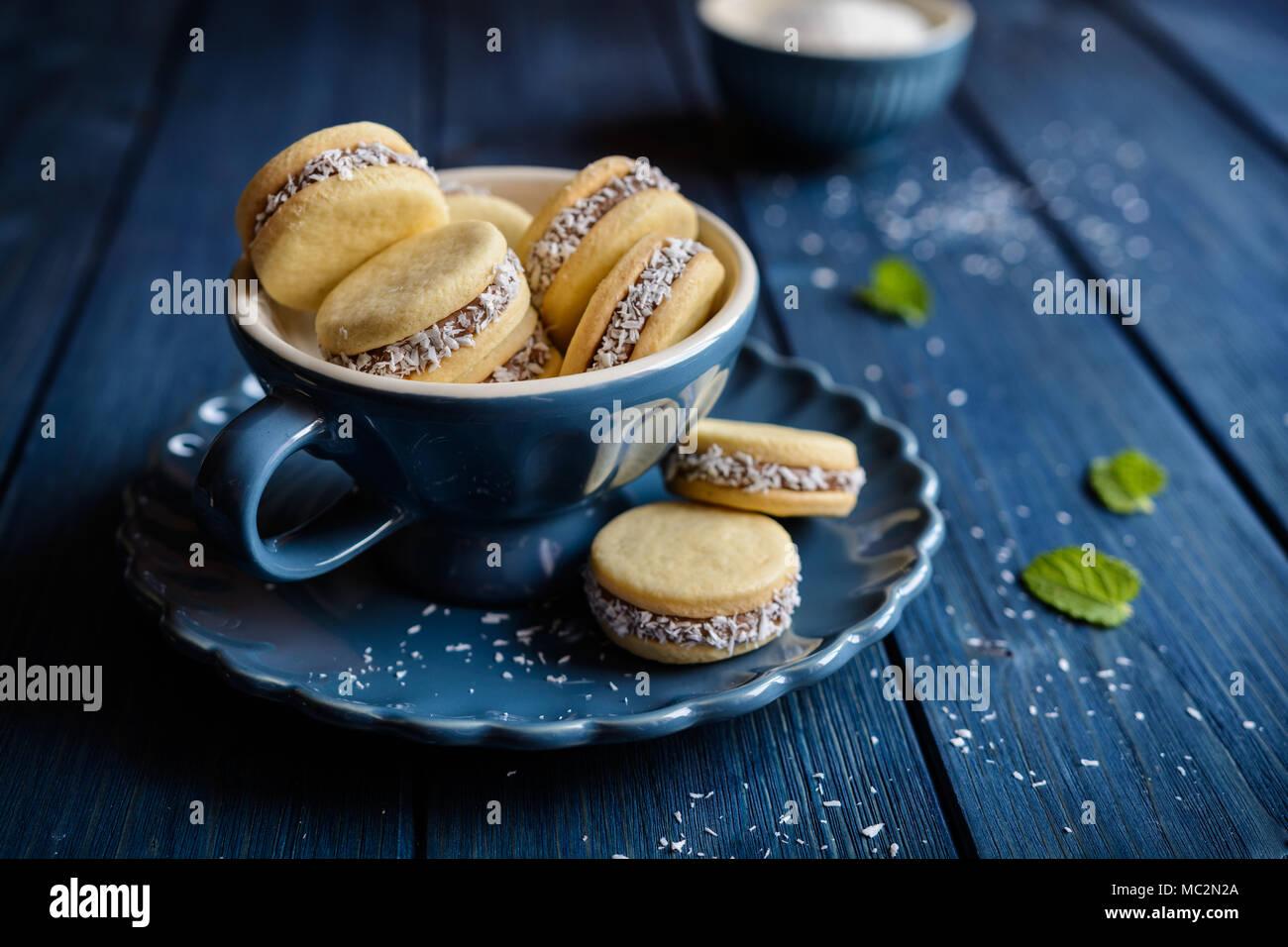 Alfajores - biscuits sandwich traditionnel rempli de lait caramélisé et noix de coco Photo Stock