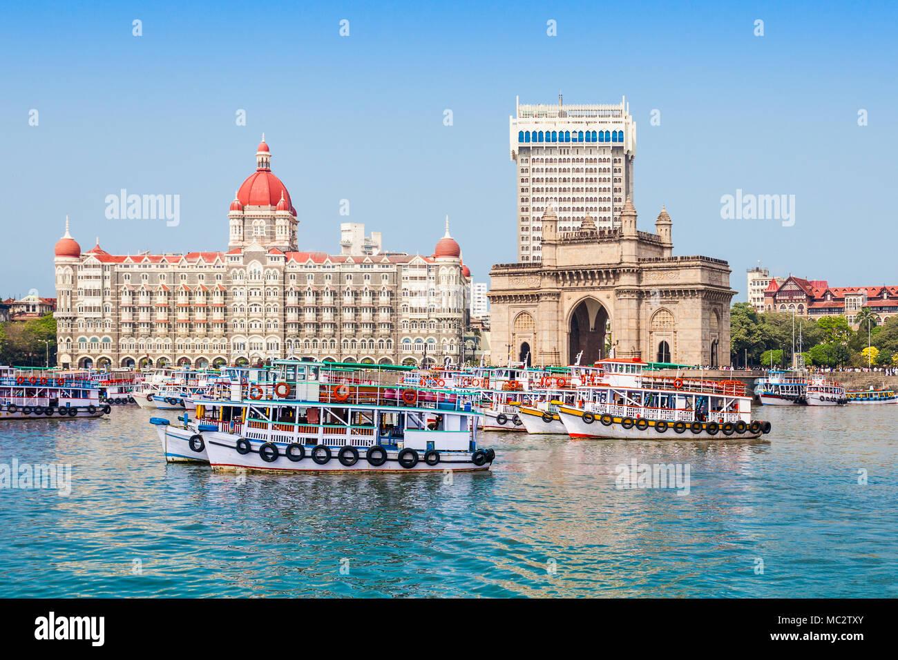 La porte de l'Inde et bateaux vus de la Mumbai Harbour à Mumbai, Inde Photo Stock