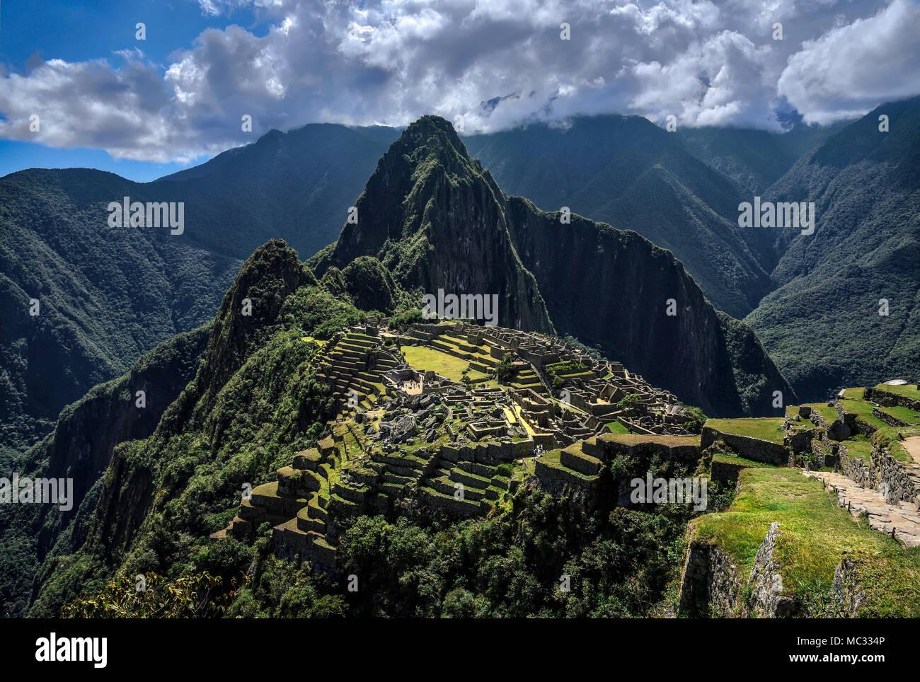 Le Machu Picchu au Pérou - voir sur un pic de montagne Photo Stock